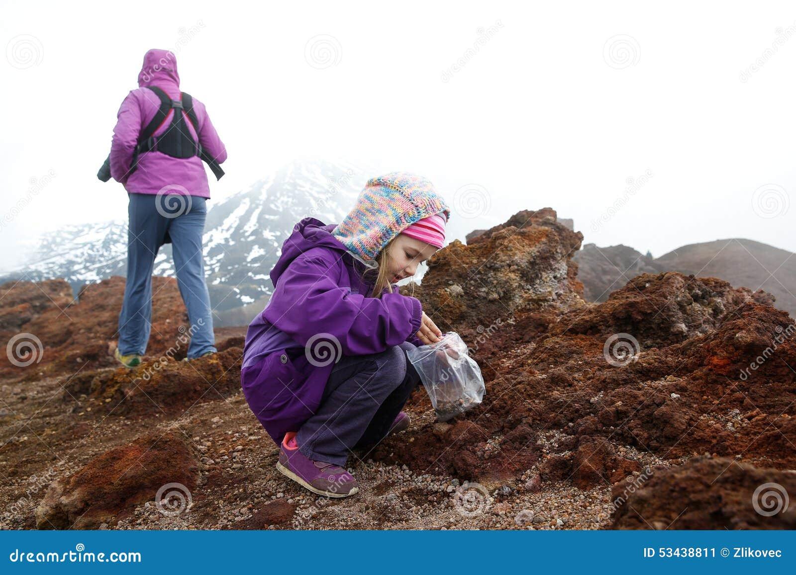 Flickan med modern och behandla som ett barn brodern på Mount Etna