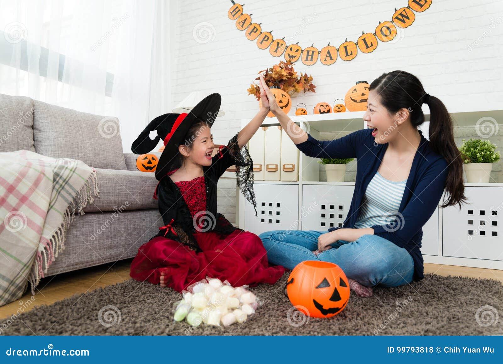 Flickan och hennes moder firar henne erhåller