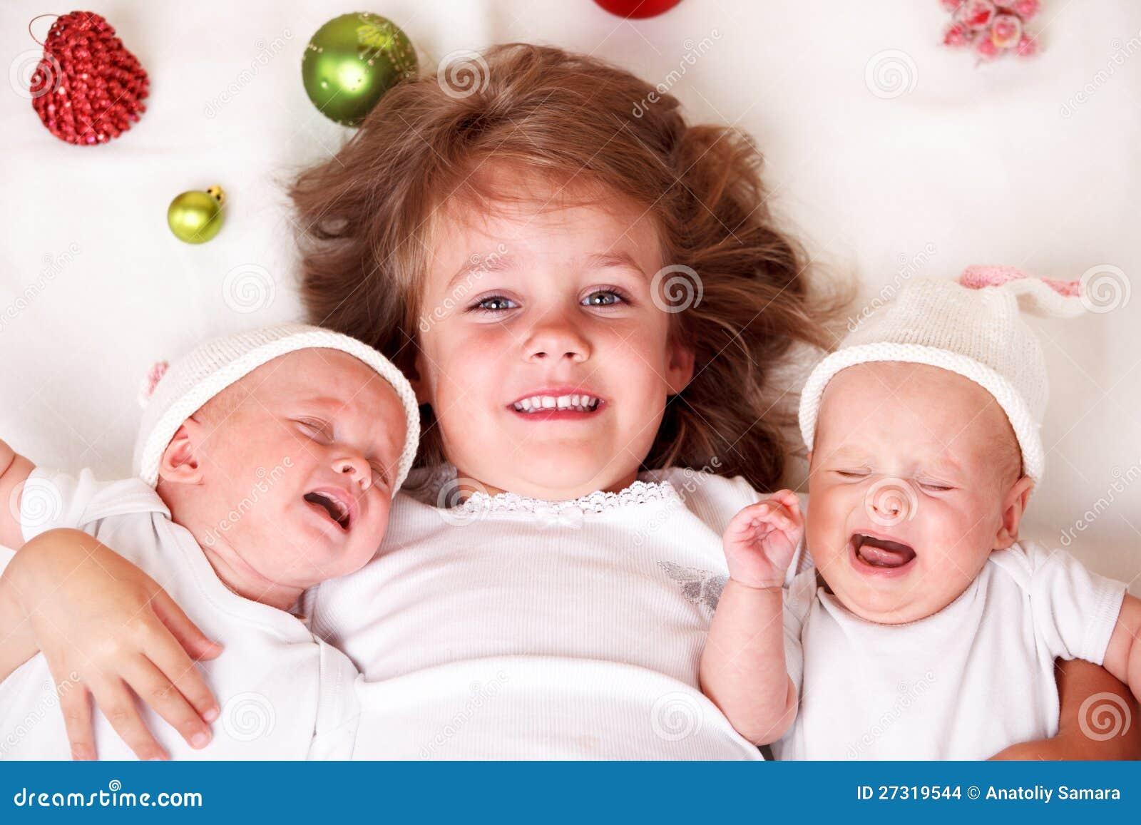 Flickan och spädbarn kopplar samman