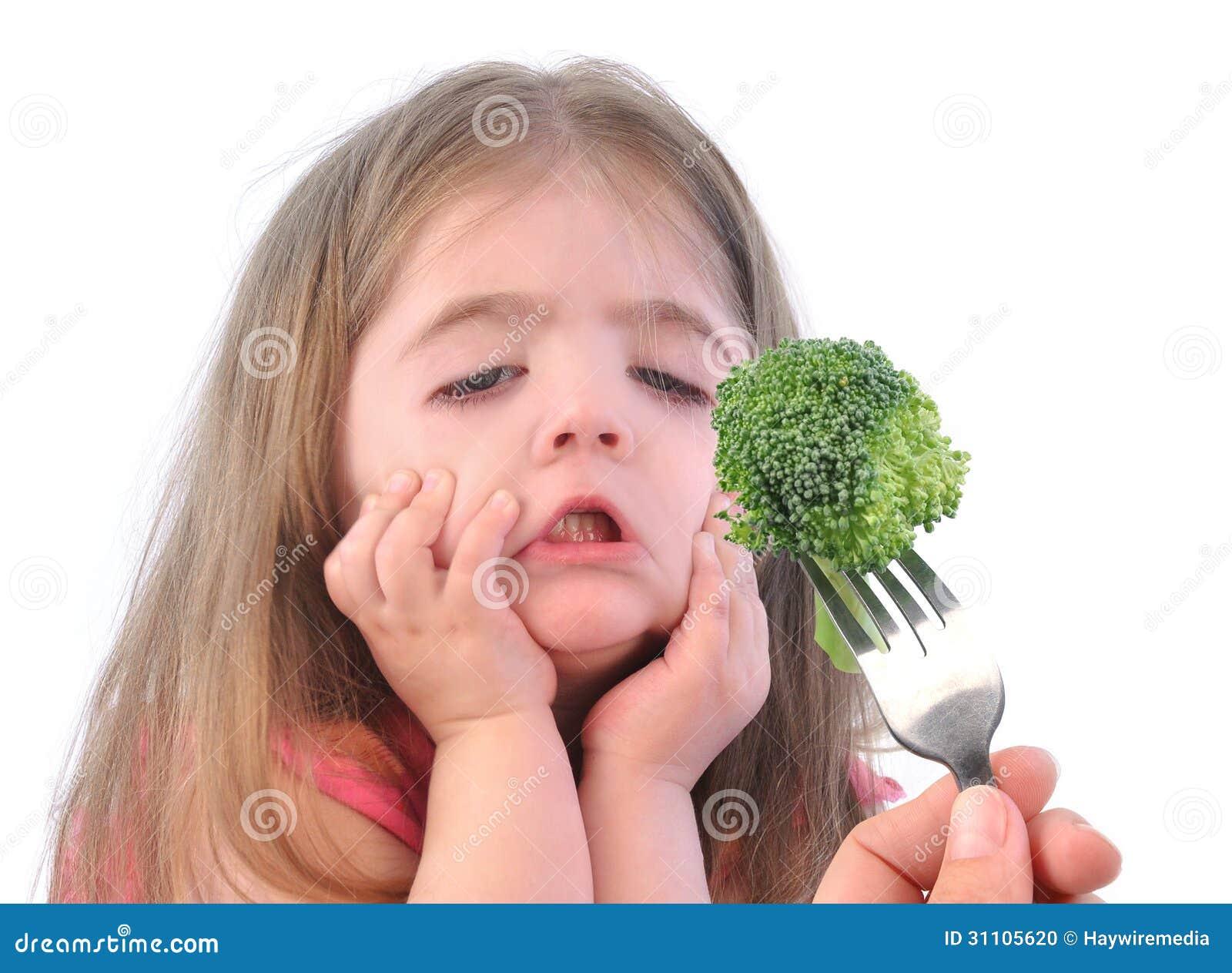Flickan och sund broccoli bantar på vit