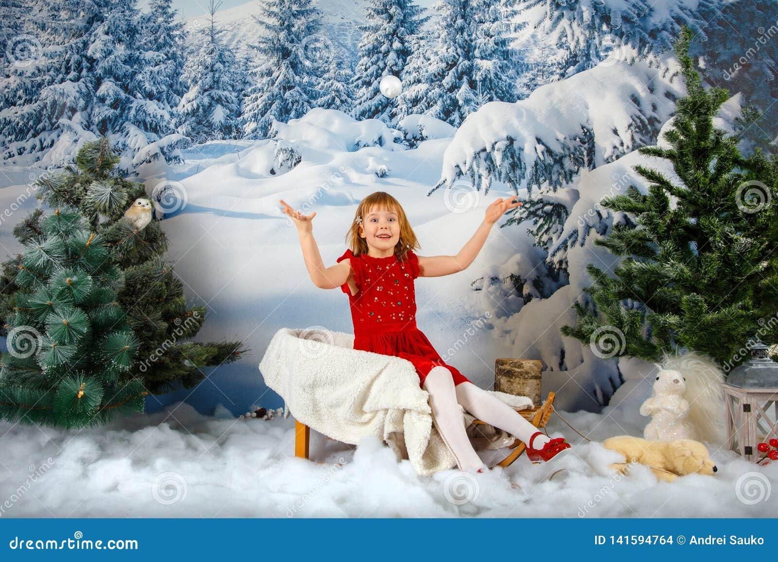Flickan på bakgrunden av vinterskogen