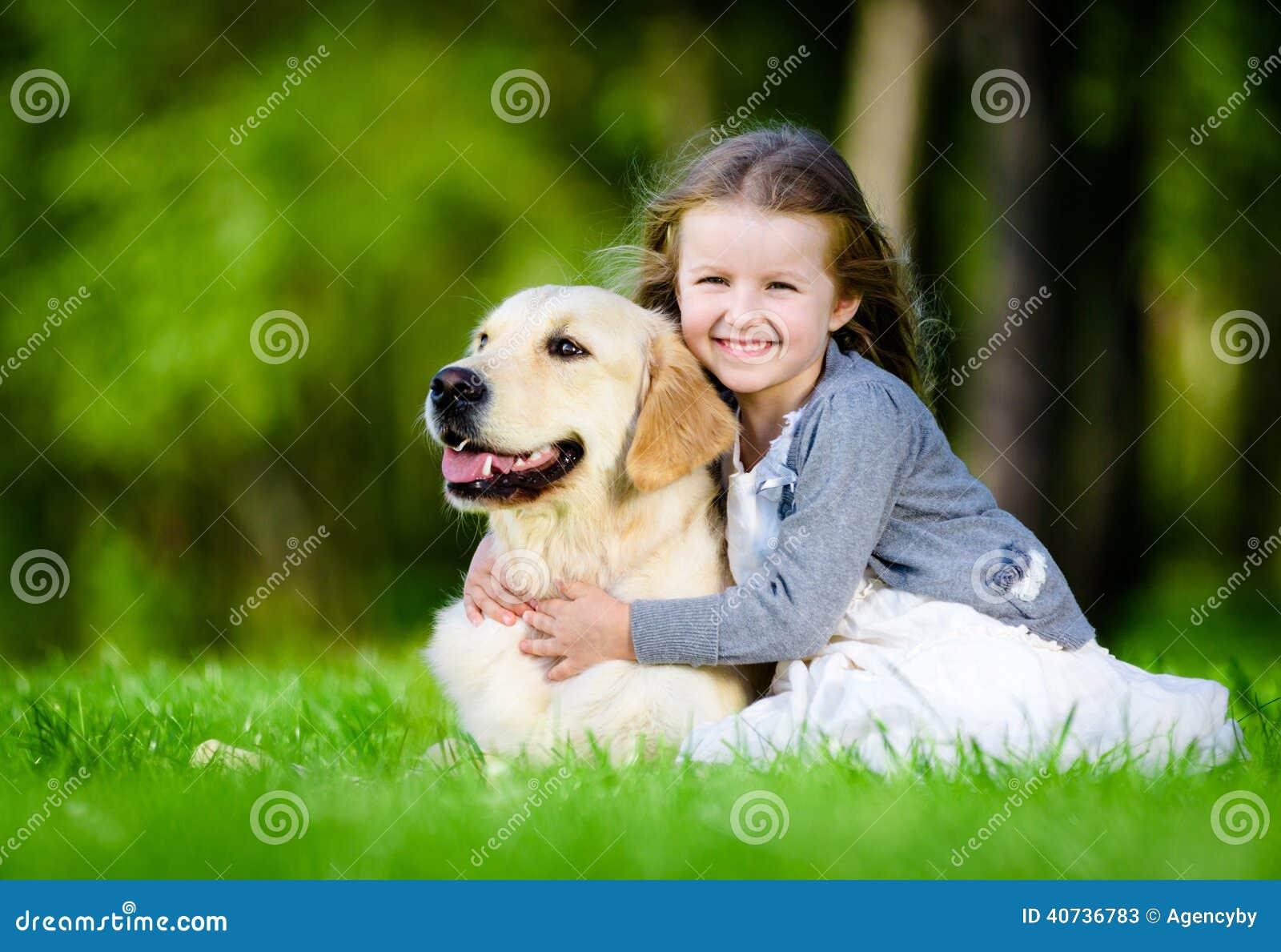 Flickan på gräset med labrador parkerar in