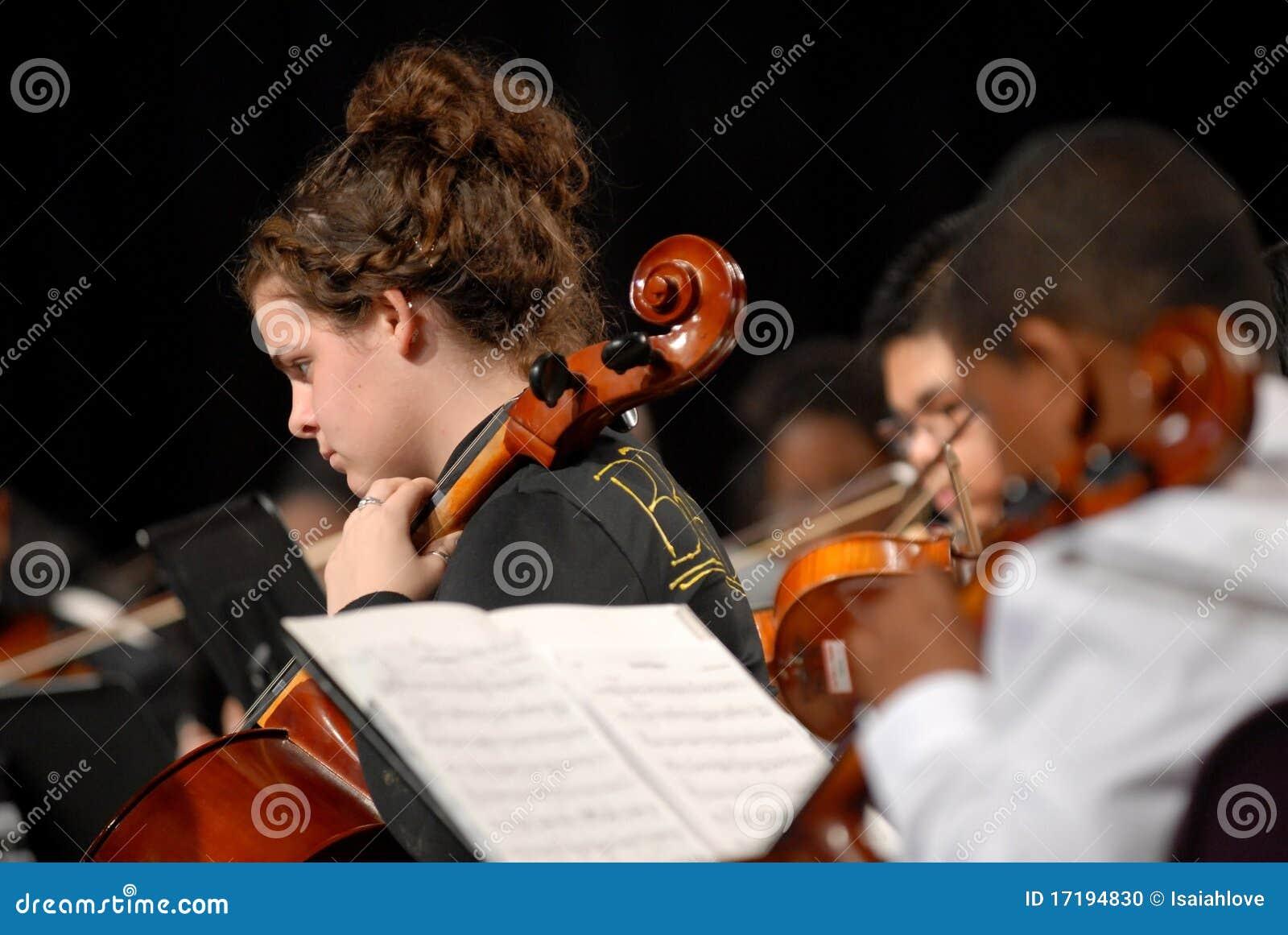 Flickan plays den tonårs- fiolen