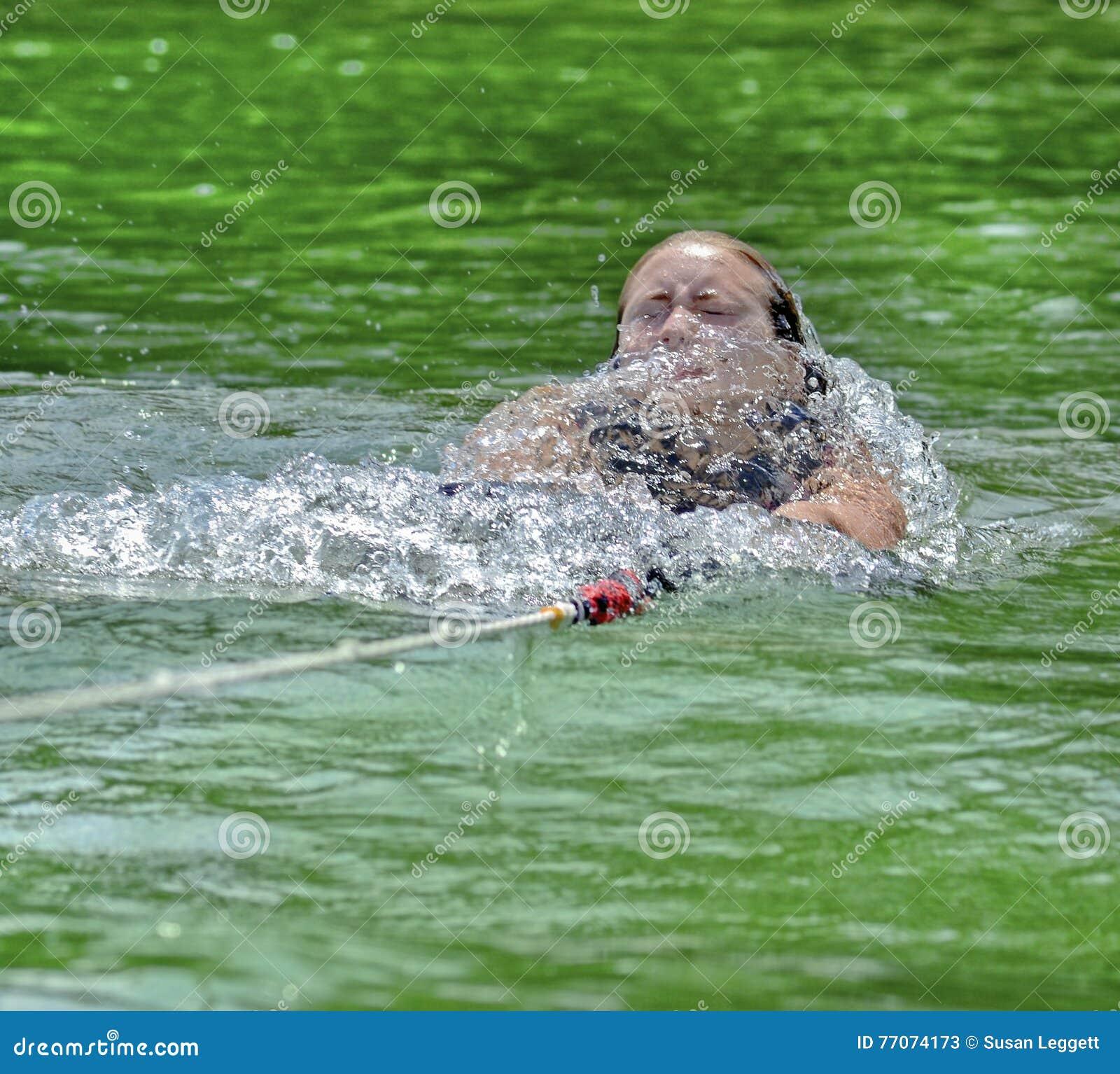 Flickan som den är draget vatten, skidar upp till