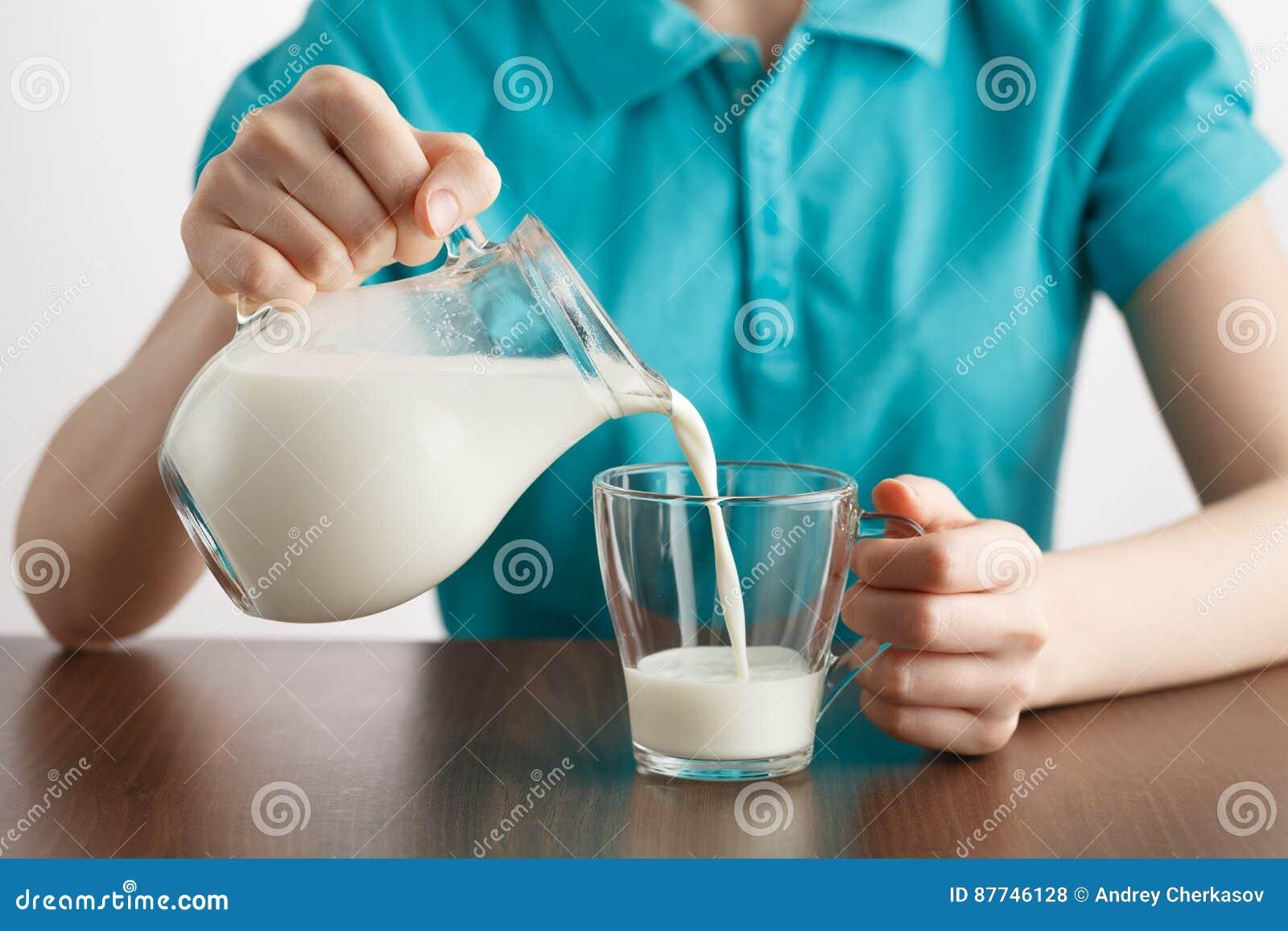 Flickan som häller sund livsstil, mjölkar mat