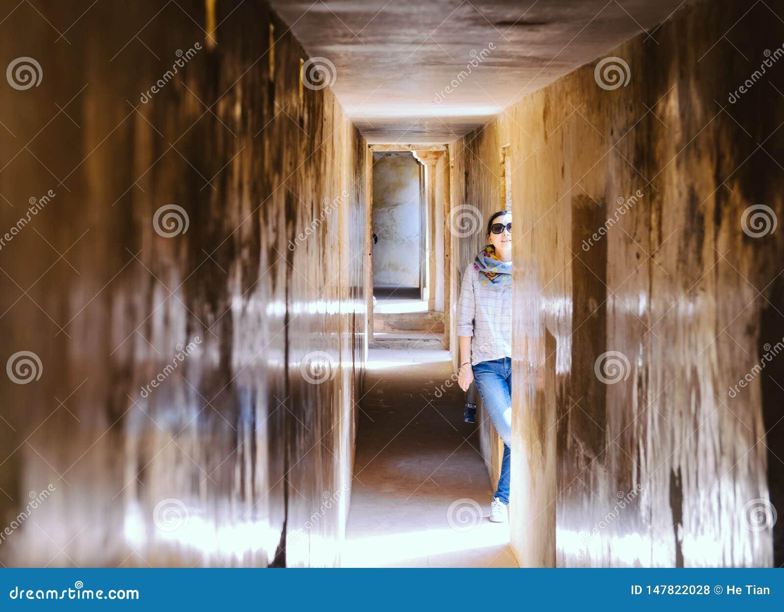 Flickan står i korridor på Amber Fort, Jaipur, Indien