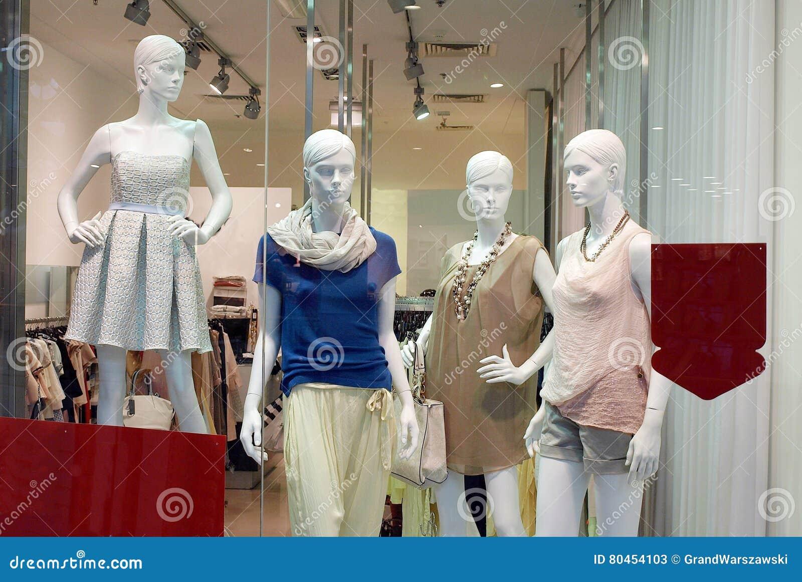 Flickaskyltdockor shoppar in fönstret