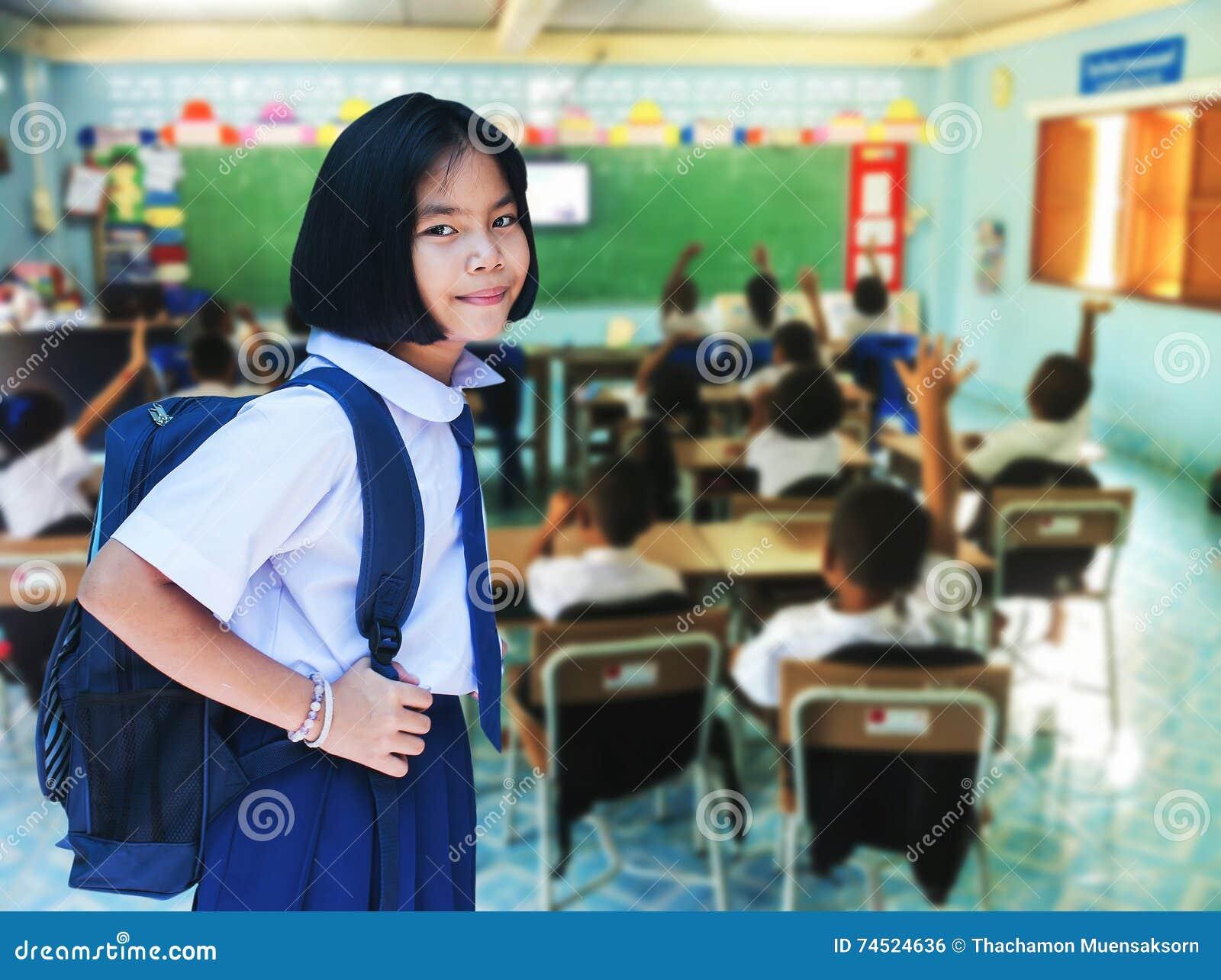 Flickastudent i klassrum