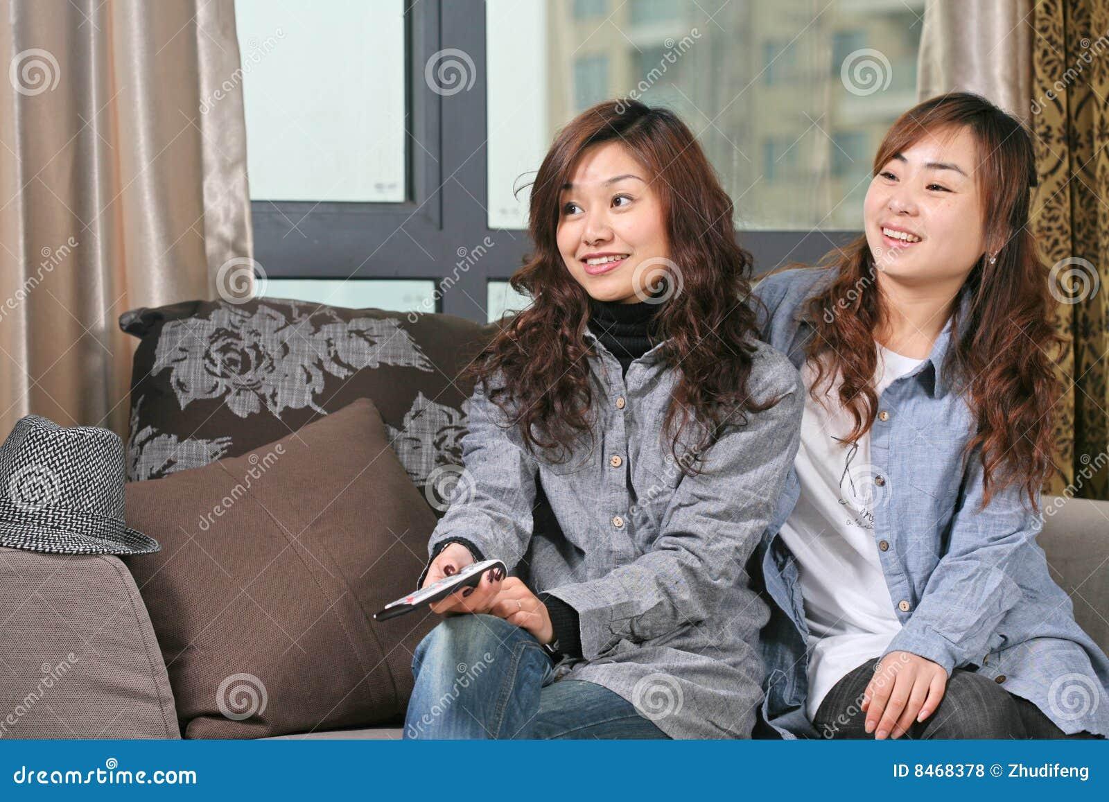Flickatv två håller ögonen på barn