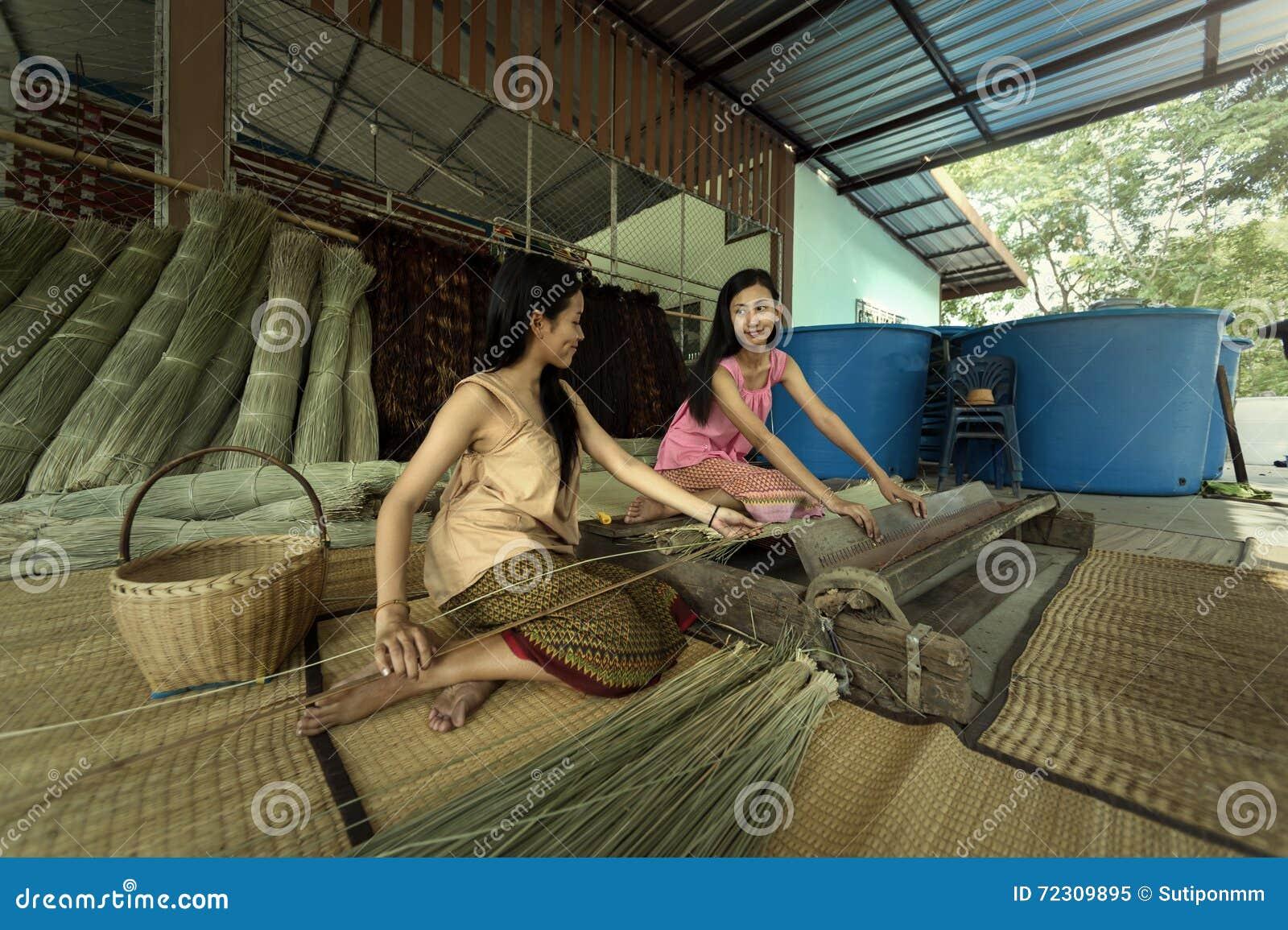 Flickor är textiler med papyruset det mattt