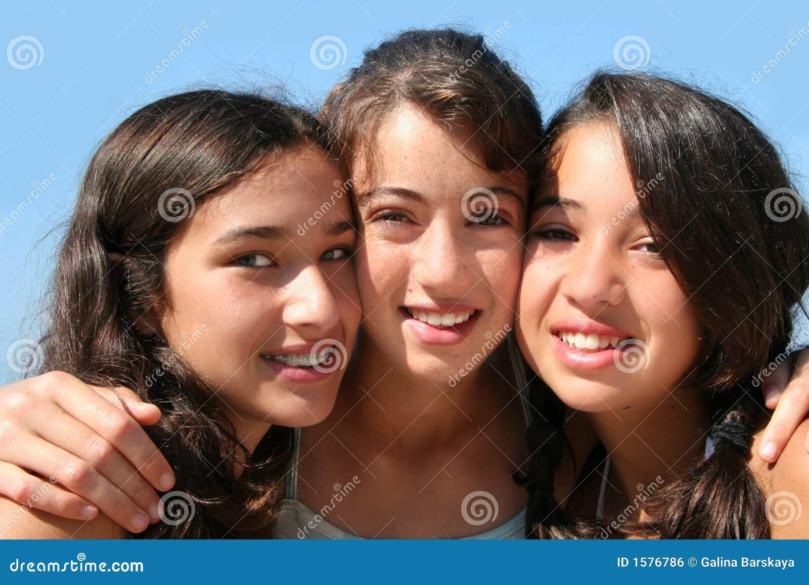 Flickor lyckliga tre