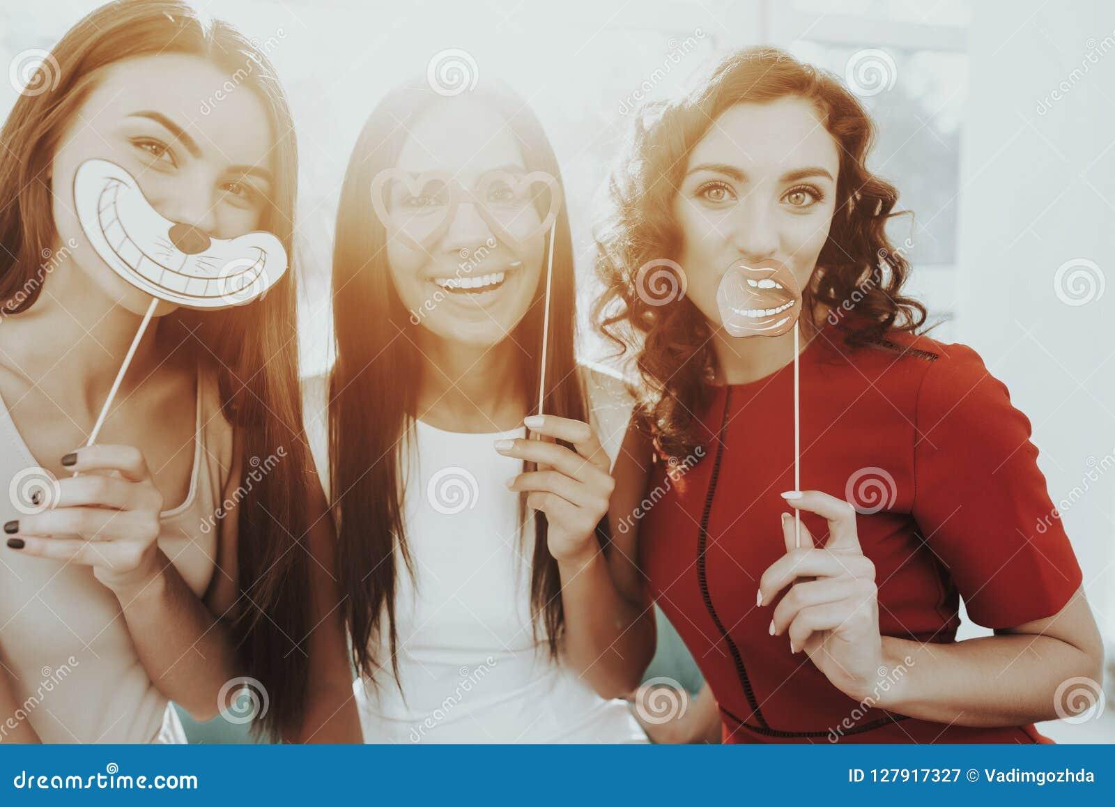 Flickor poserar med roliga diagram på möhippan