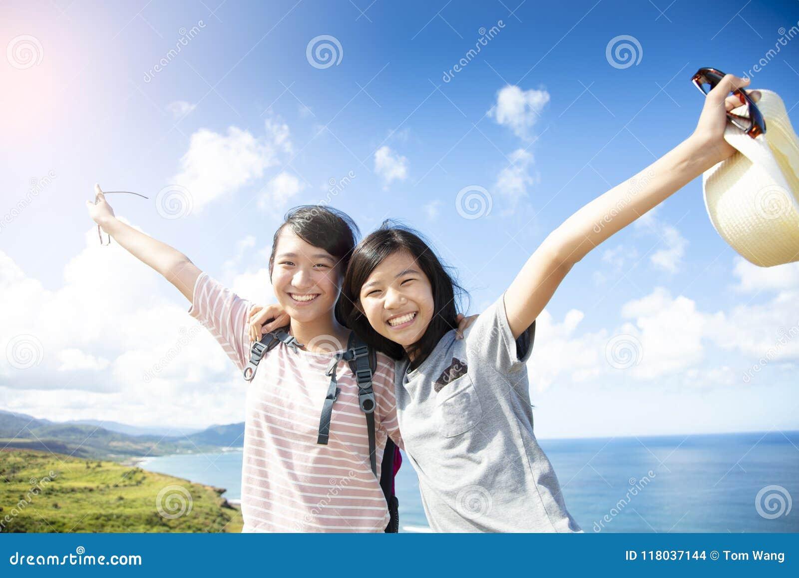 Flickor som har gyckel med sommarsemester