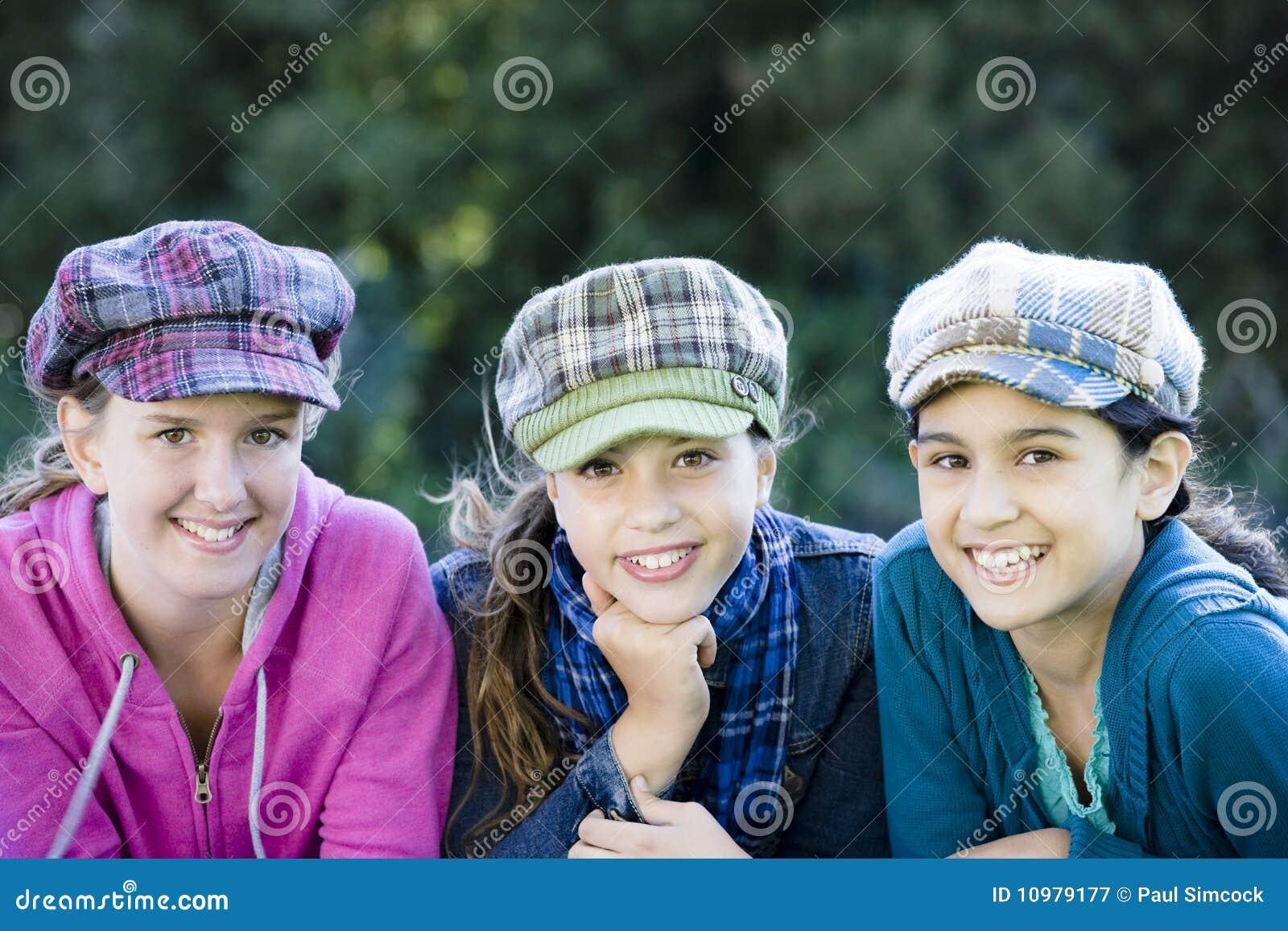 Flickor som ler tween tre