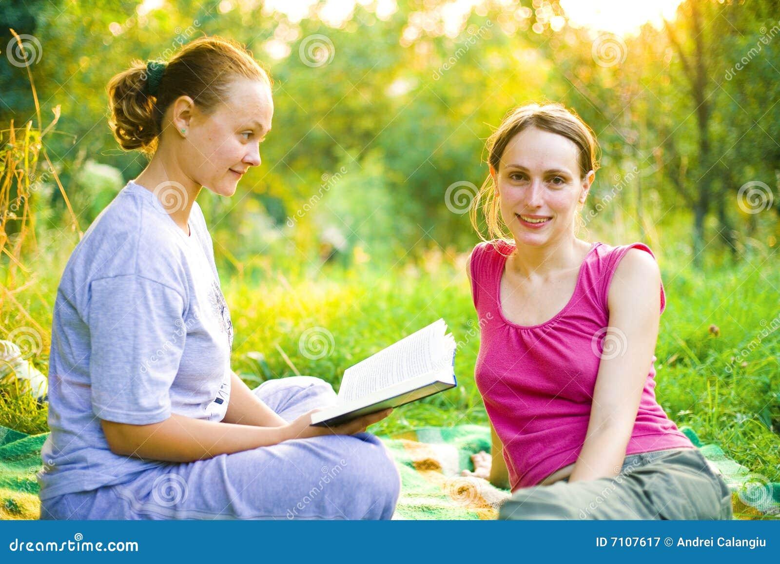 Flickor utomhus