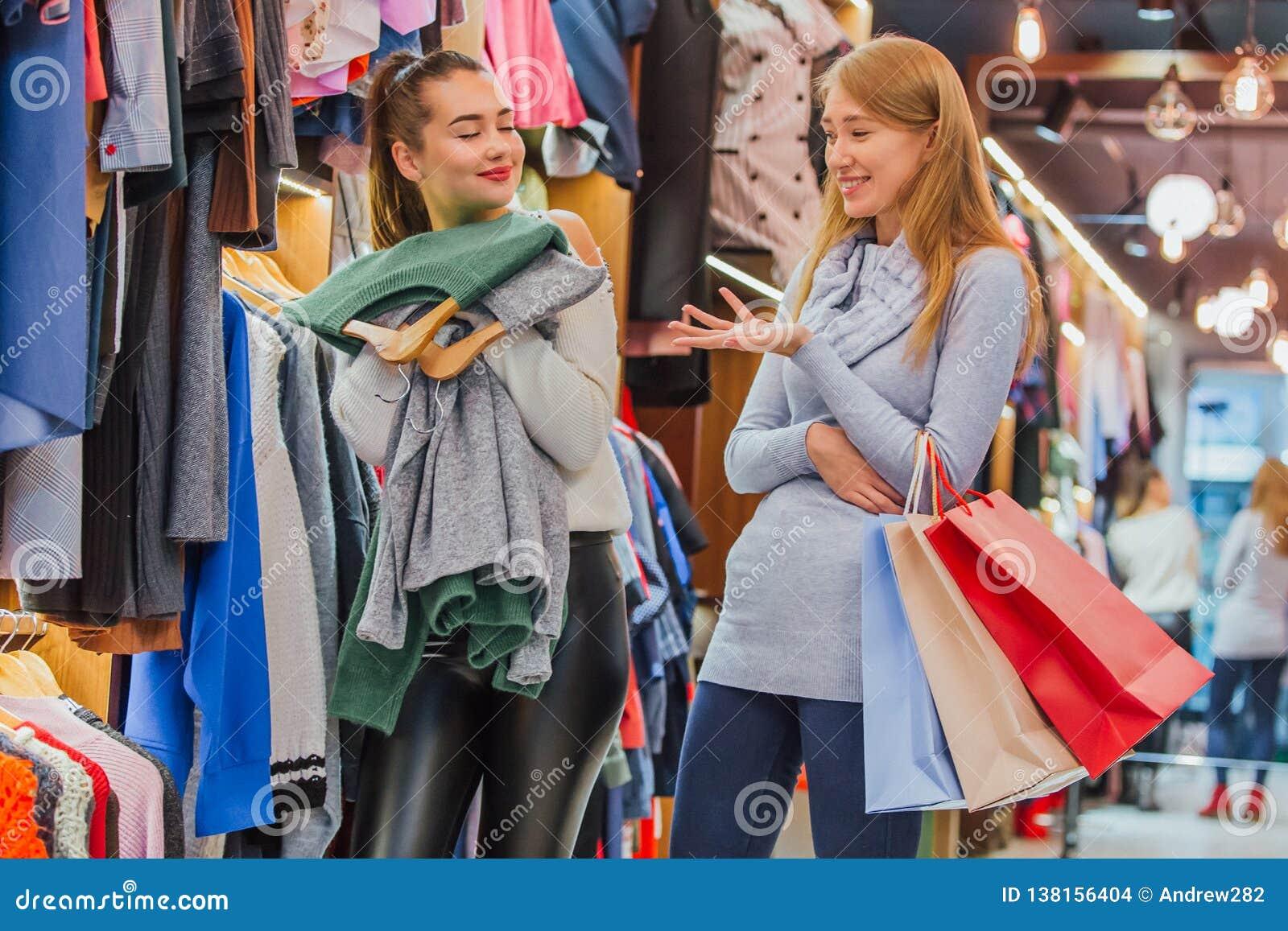 Flickvänner i lagret En rymmer shoppingpåsar