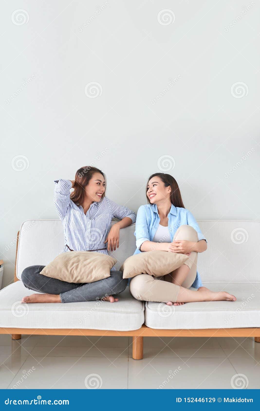 Flickv?nner som har gyckel, tillsammans sjunger och hemma spelar
