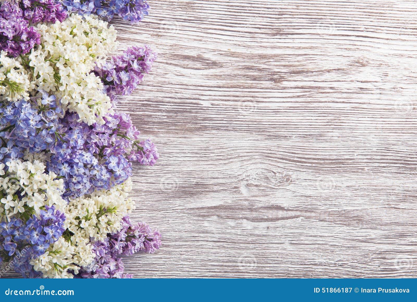 Flieder blüht Blumenstrauß auf hölzernem Planken-Hintergrund, Frühlings-Purpur