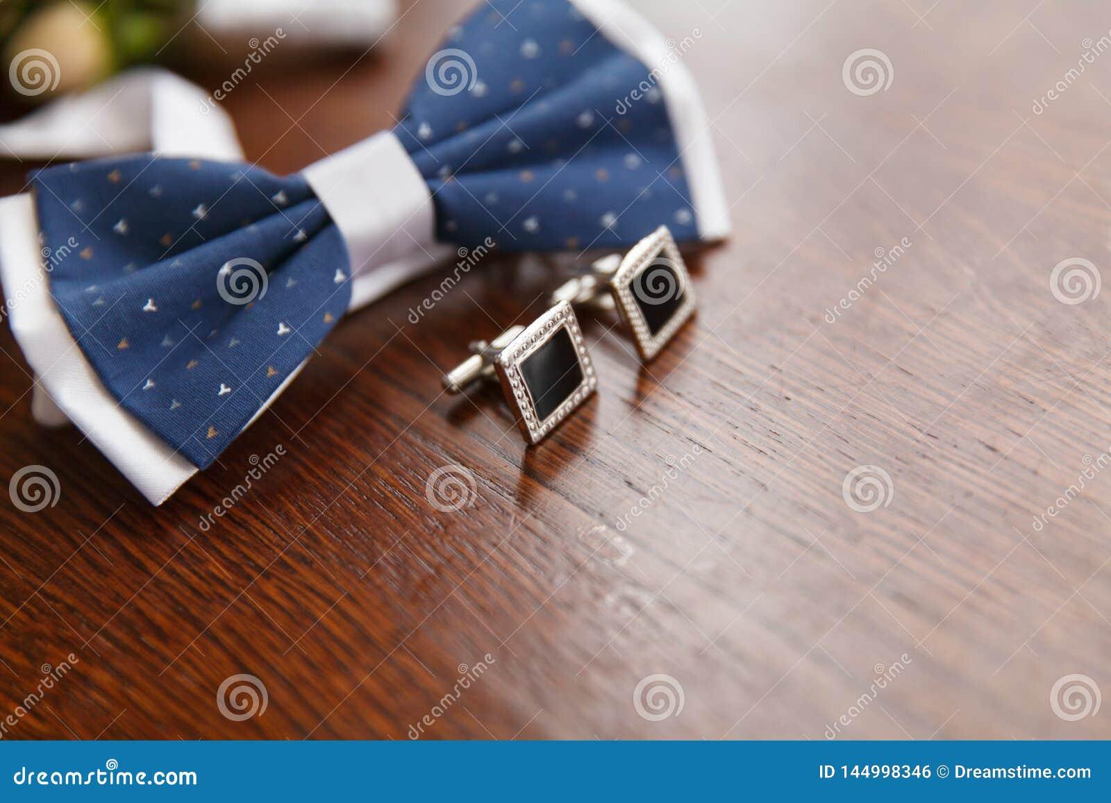 Fliege und Manschettenknöpfe für Bräutigam