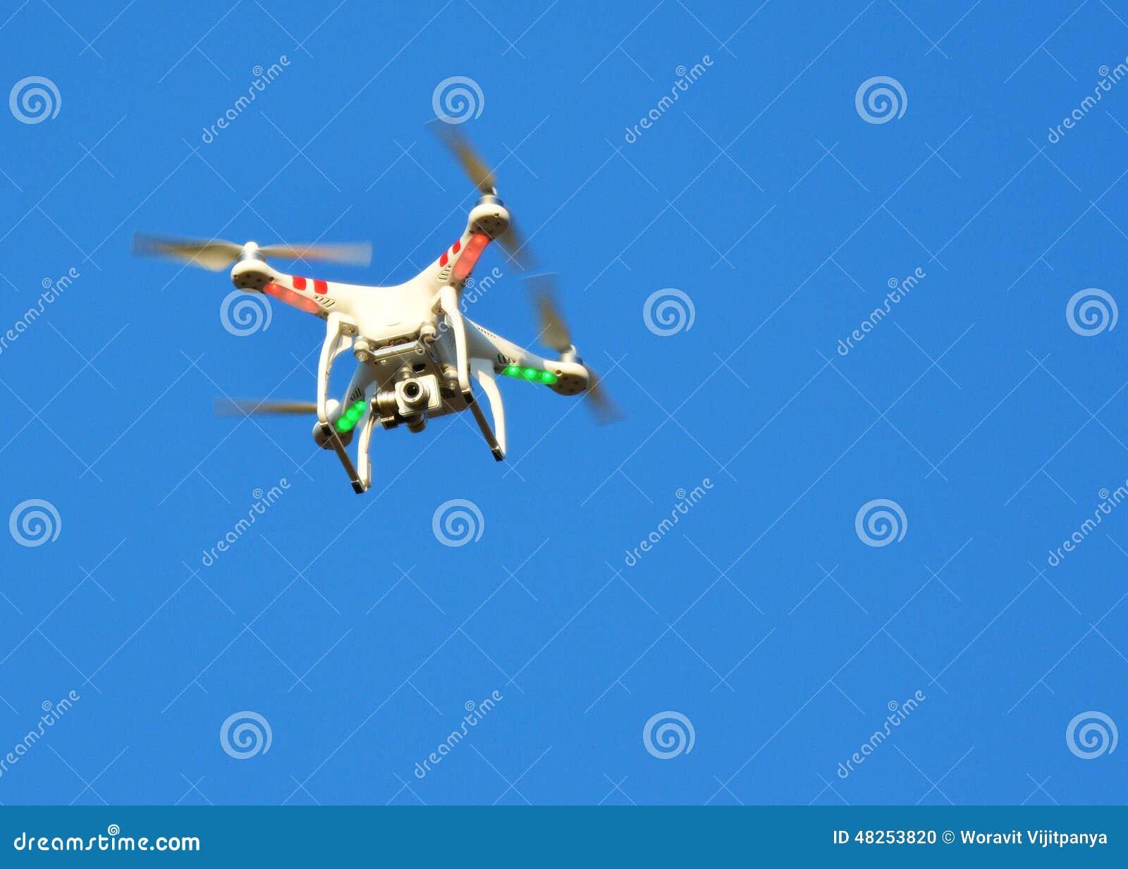 Fliegenbrummen mit angebrachter Kamera