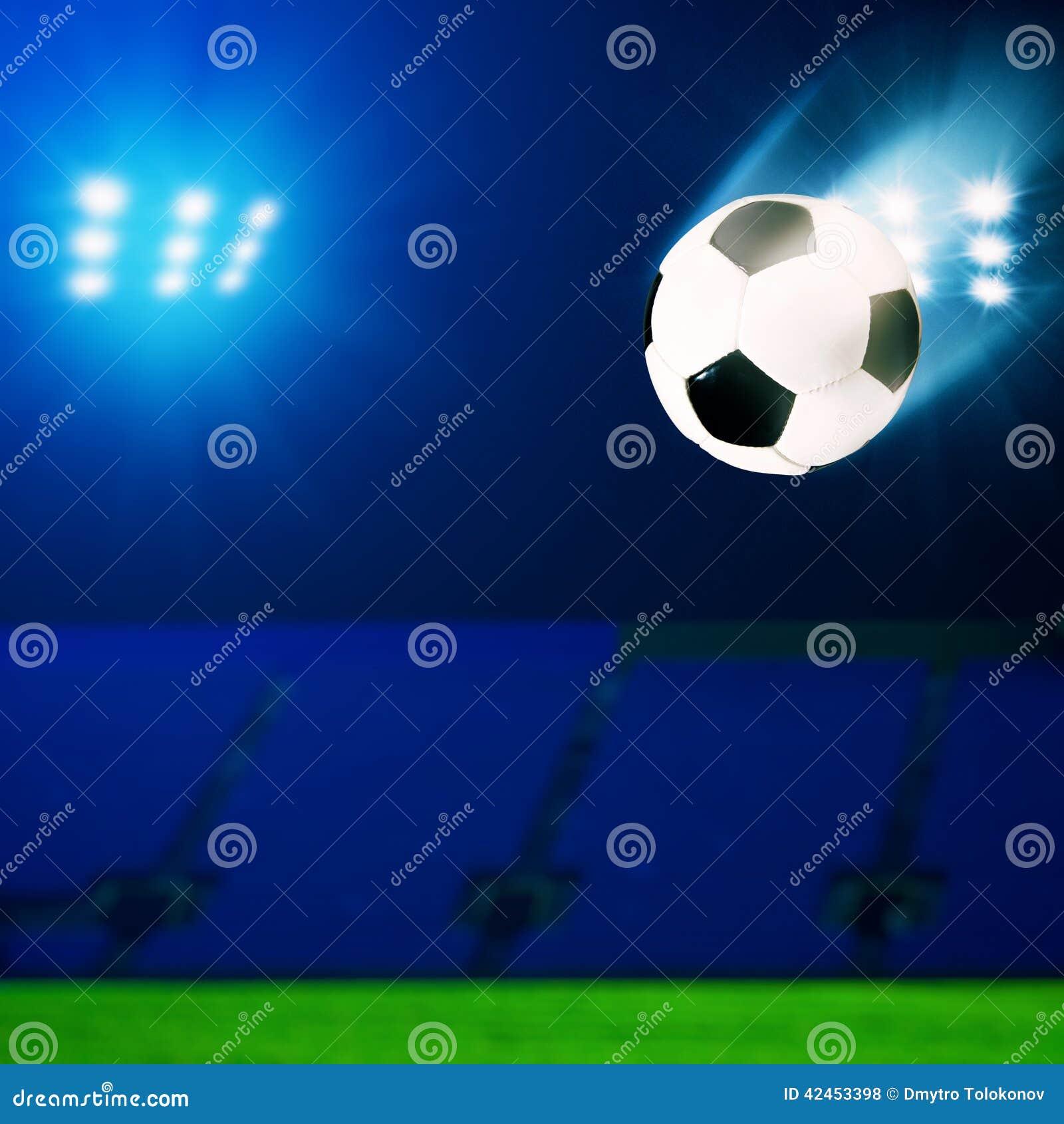 Fliegenfußball über grünem Feld