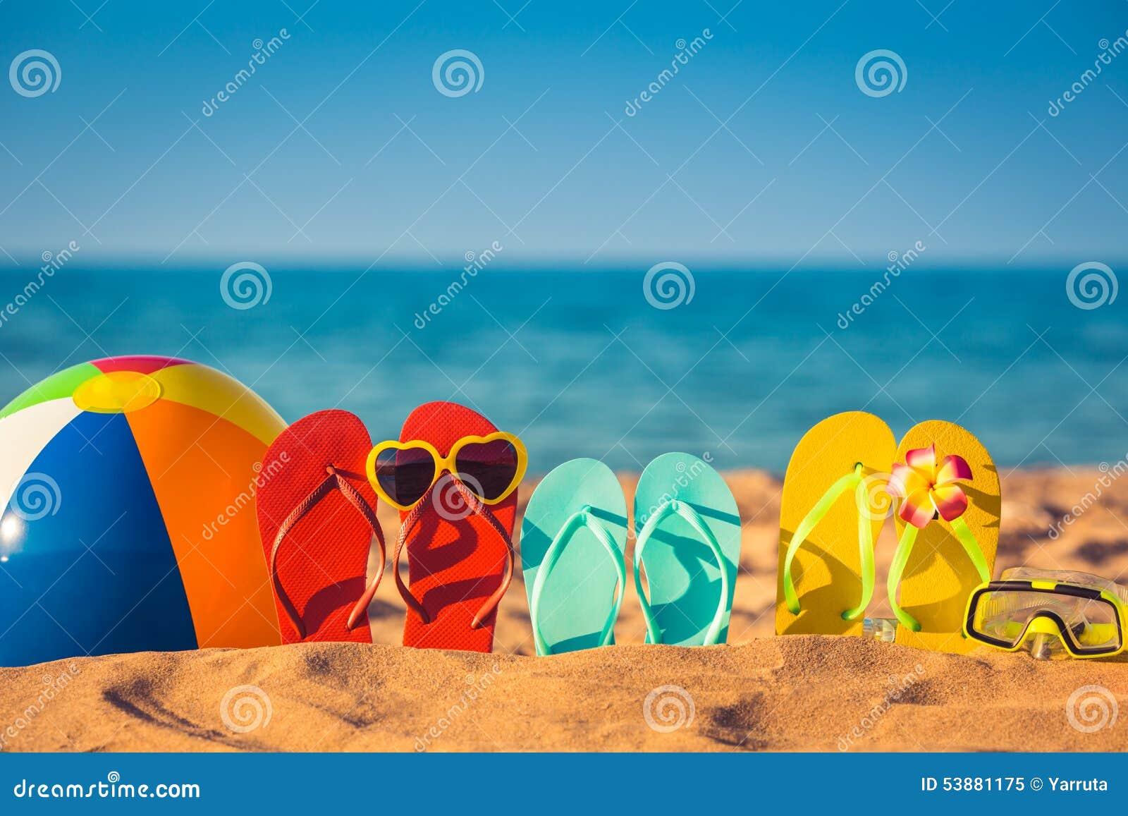 Flip-flop, beach ball e presa d aria sulla sabbia