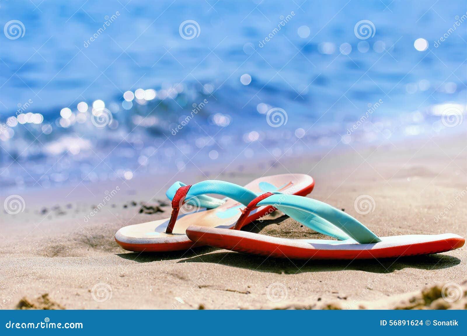 Flip-flop da solo su una spiaggia