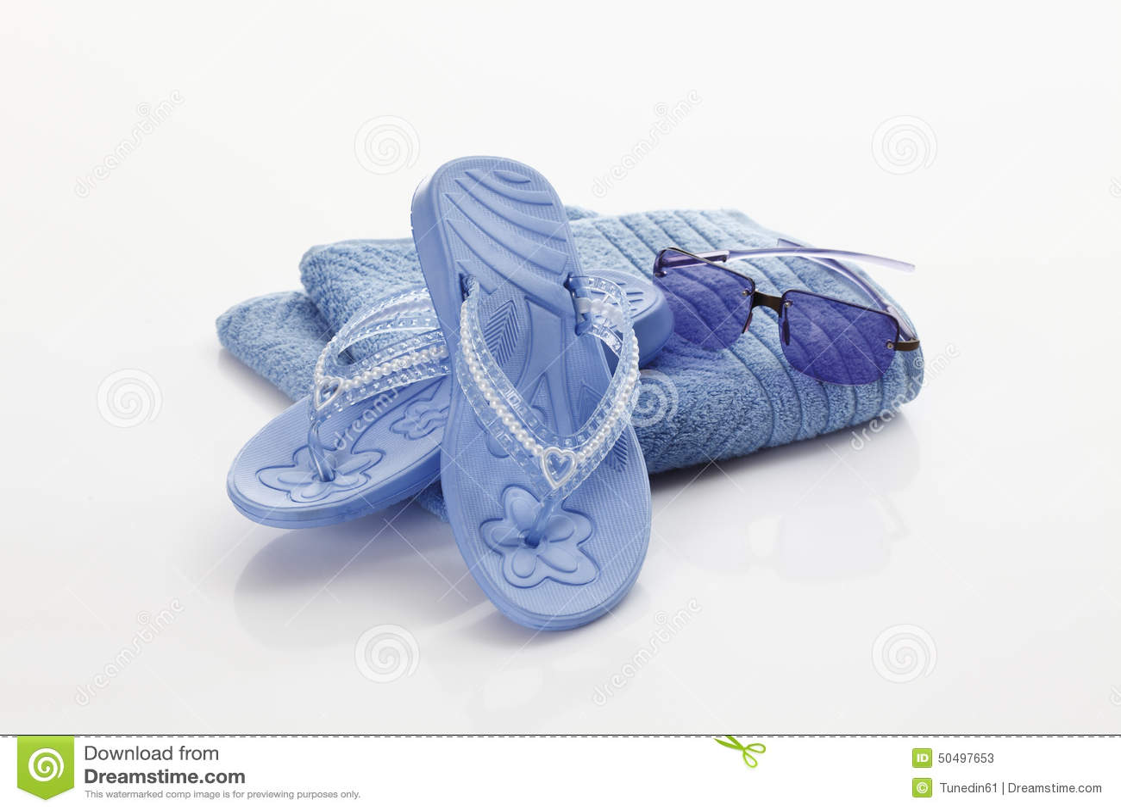 Flip-flop ed occhiali da sole sull asciugamano