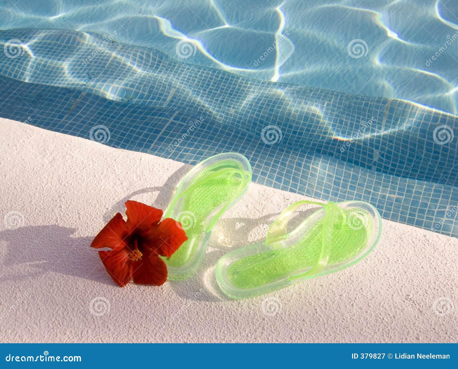 Flipflops am Swimmingpool