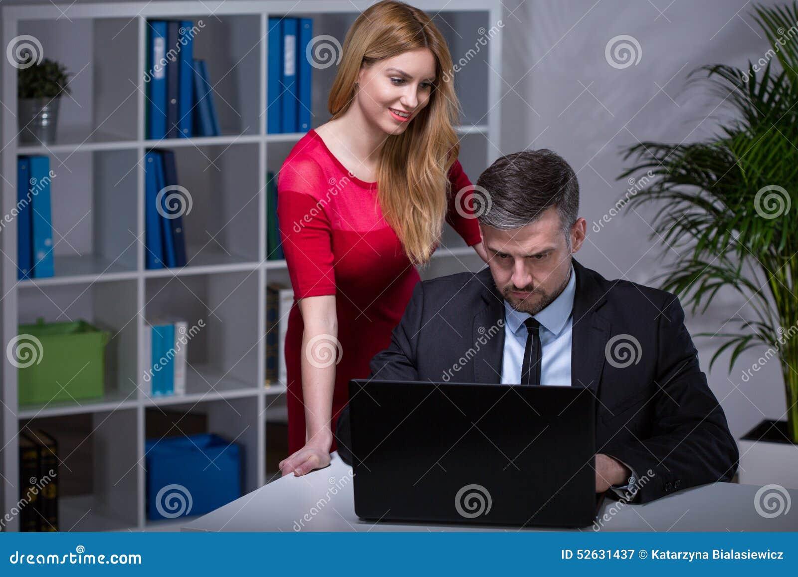 Mein Chef flirtet mit mir - so verhalten Sie sich richtig