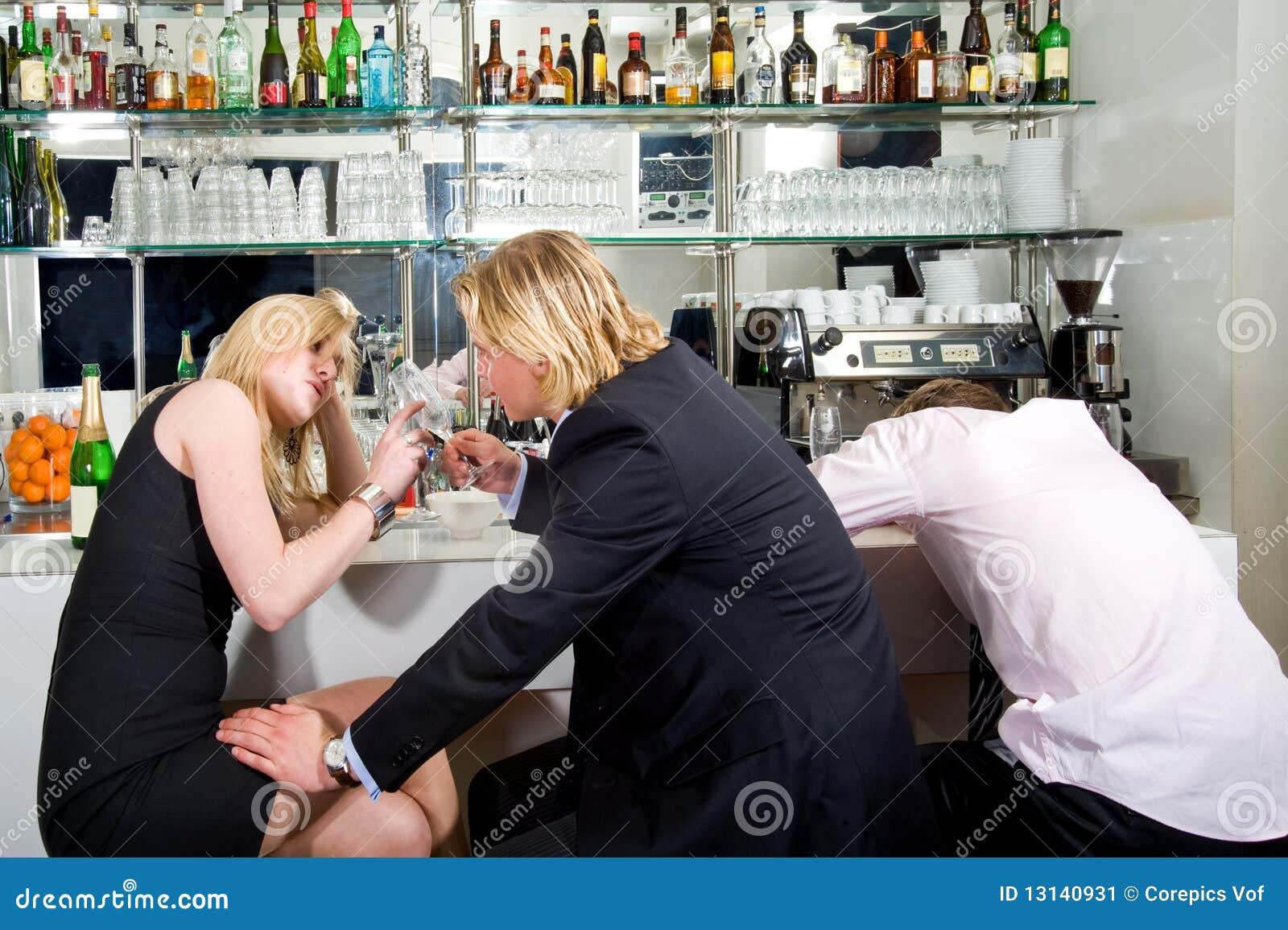 Вечеринка флирта в ресторане хрен