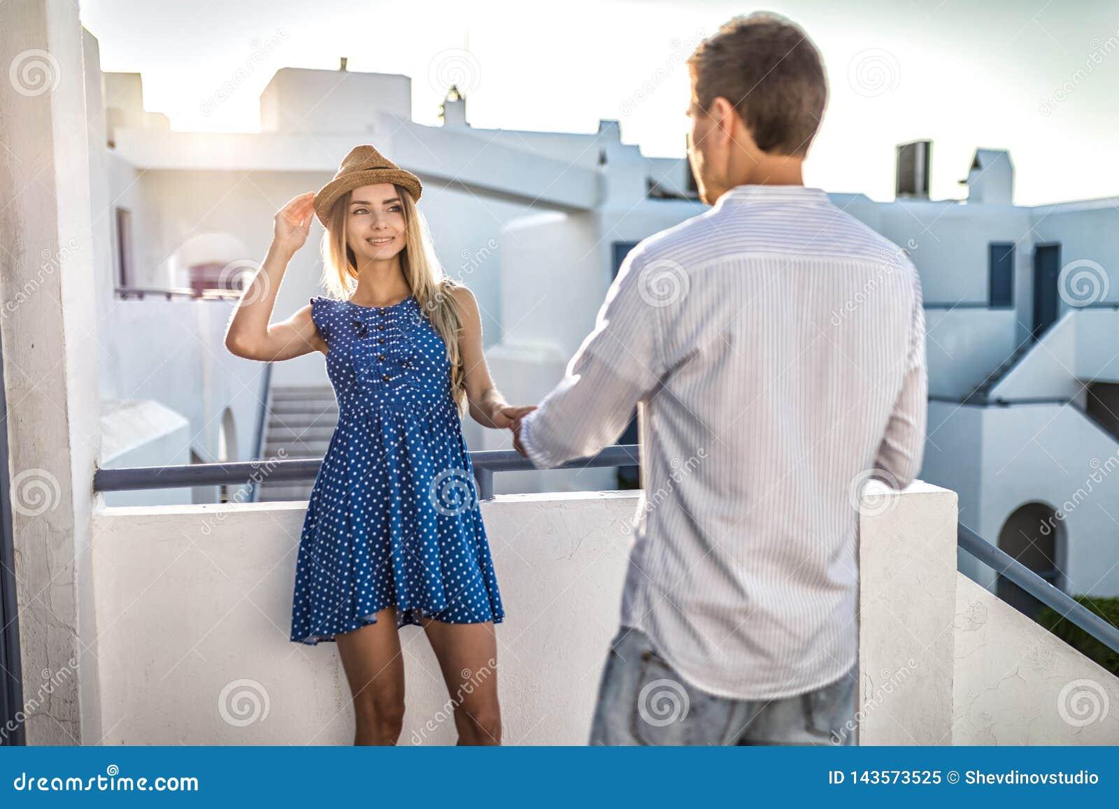 Flirts de type ou d homme avec la fille tenant sa main Première date, été romantique de la Grèce de réunion au sunse