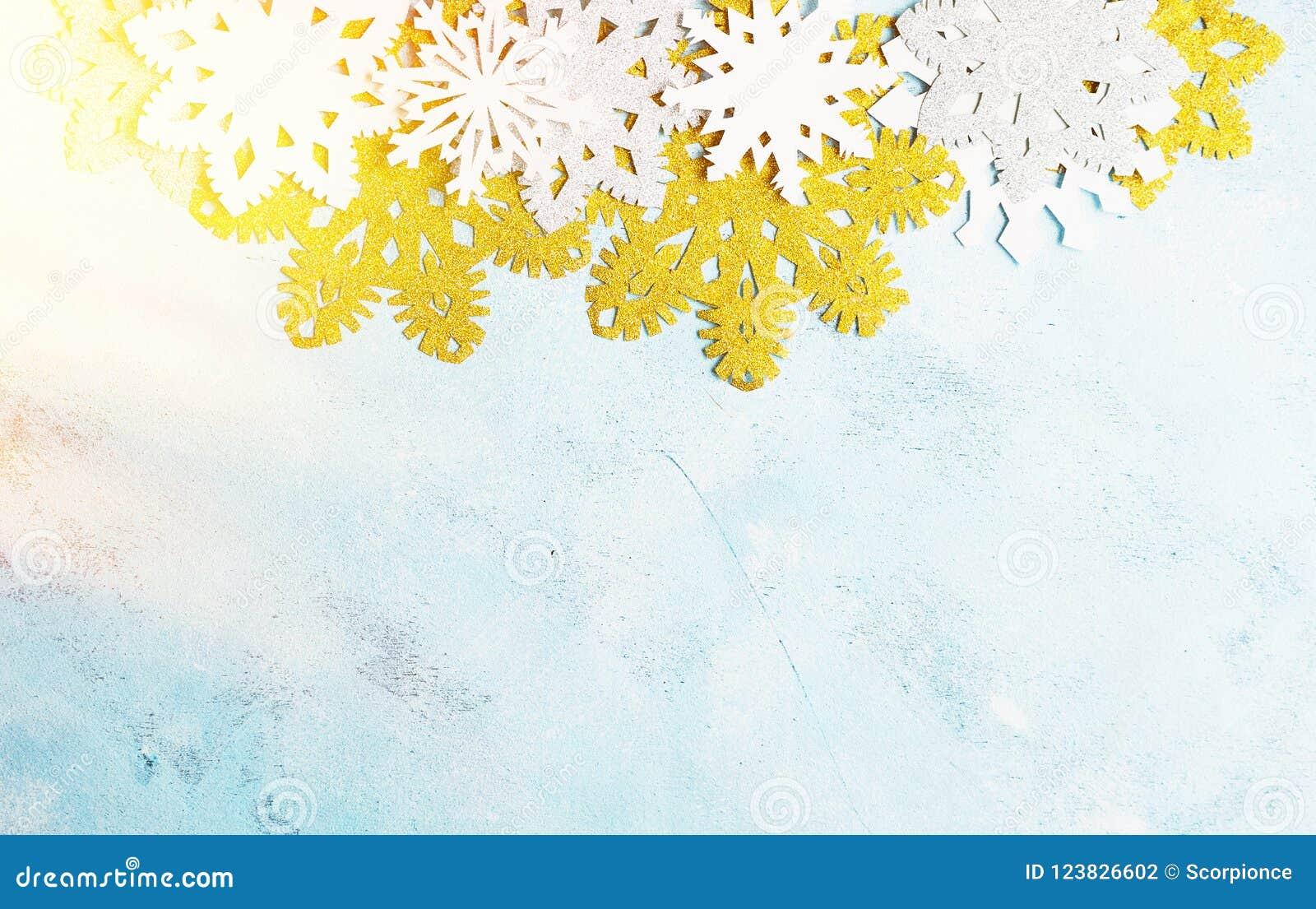Flocons de neige blancs et d or de luxe sur le fond bleu-clair Hiver, Noël, concept de nouvelle année