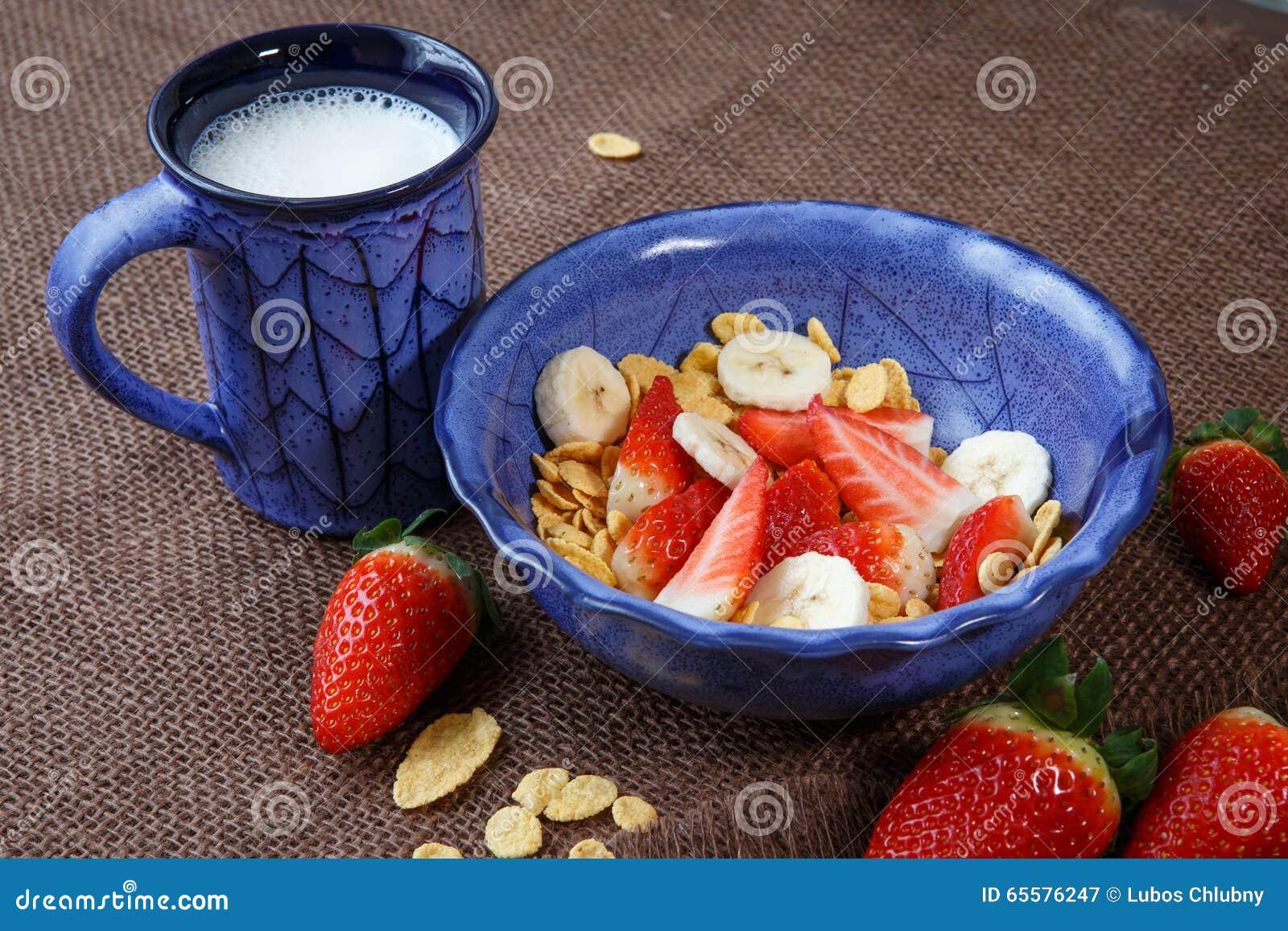 Flocos de milho saudáveis do café da manhã, morangos frescas e MI