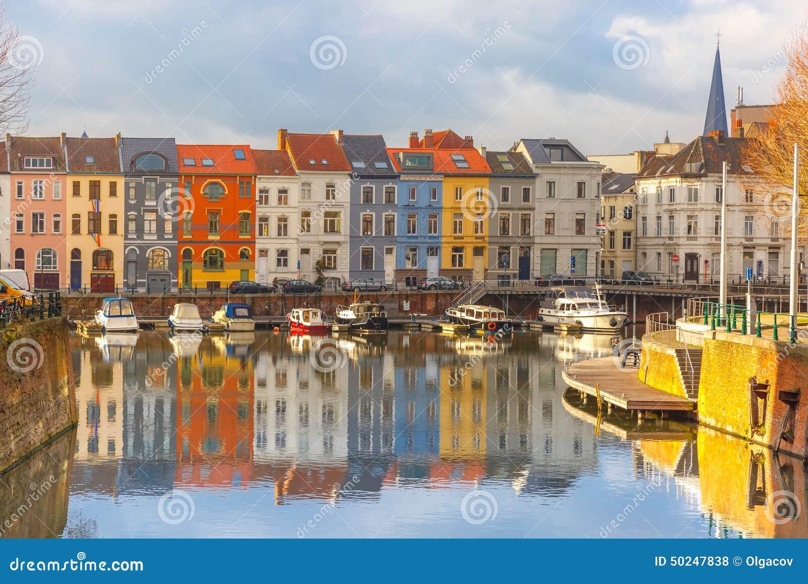 Flod Leie, färgade hus och klockstapeltorn in