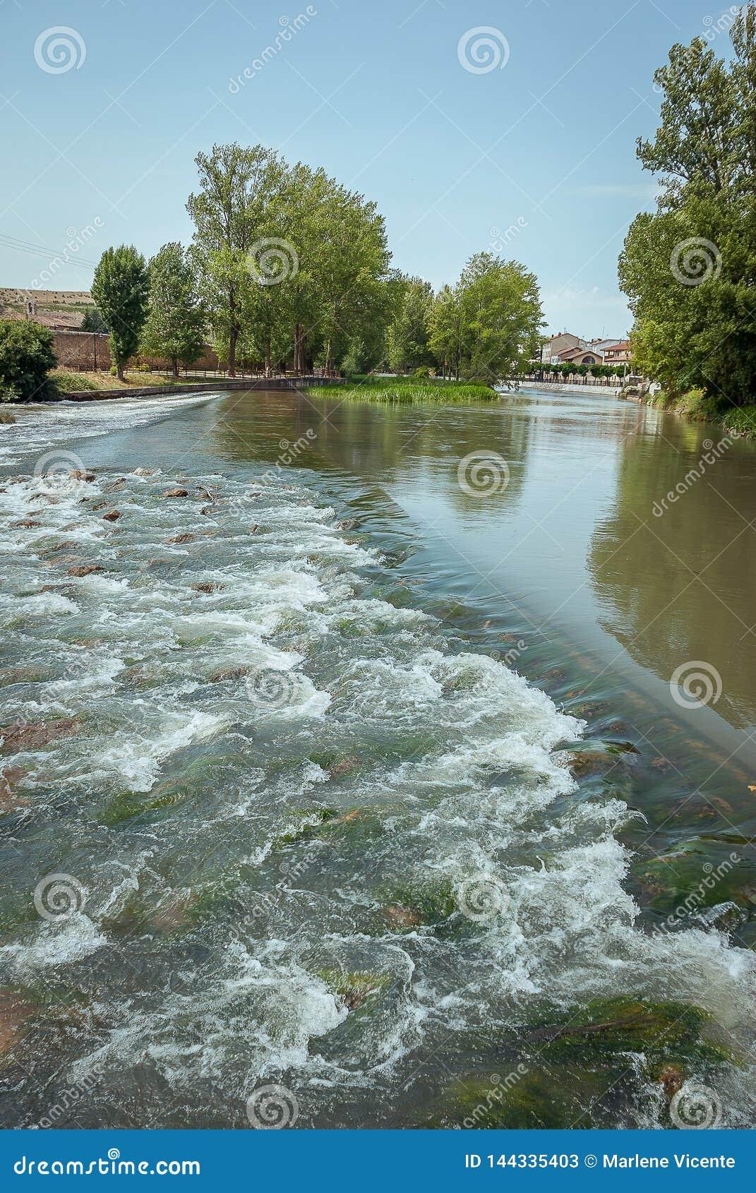 Flod Pisuerga, som den passerar till och med Aguilar de Campoo Palencia