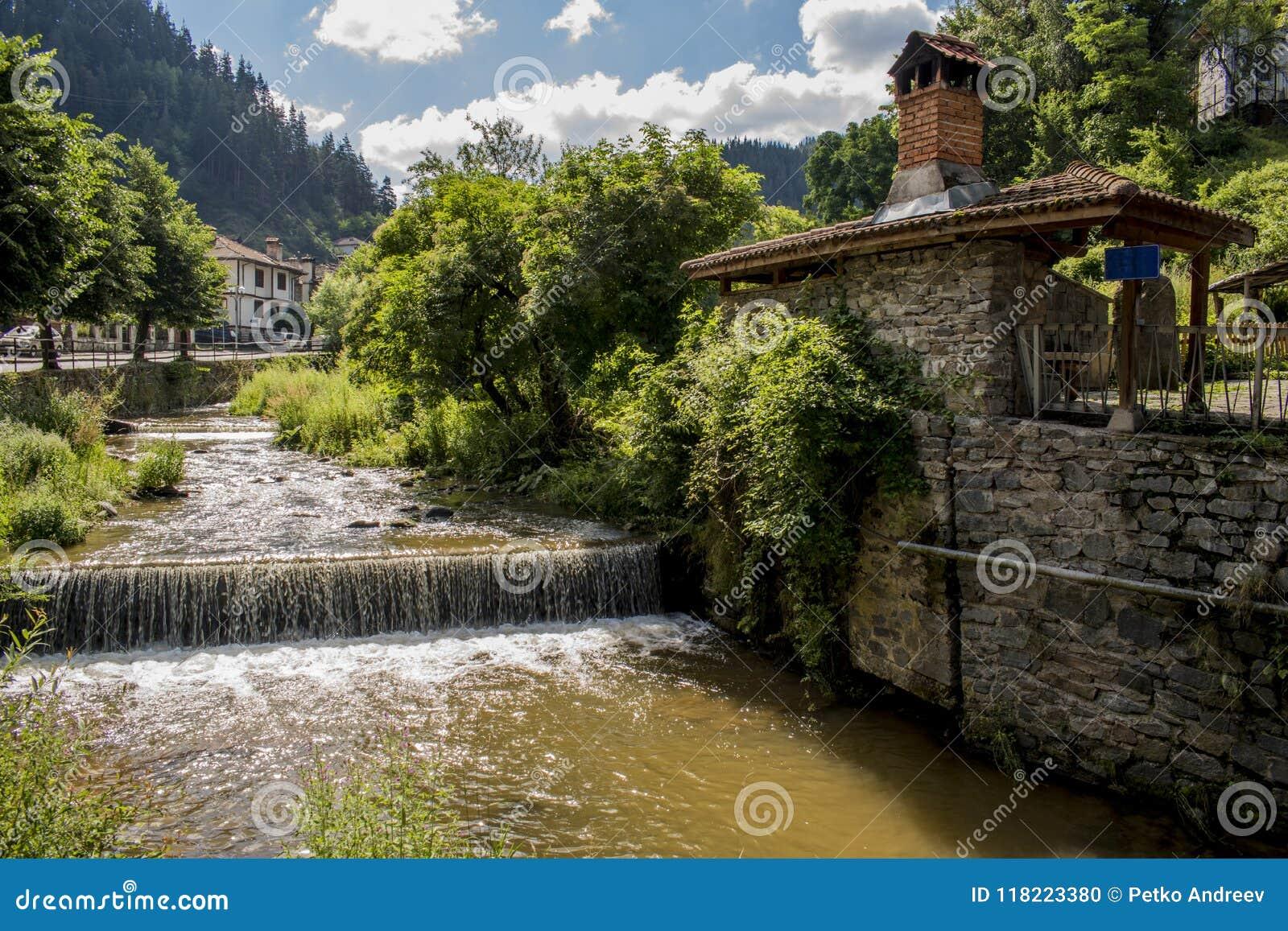 Floden av byn av Shiroka Laka Det placeras i dalen av den Shirokoloshka floden i den Shirokata Luka lokaliteten,