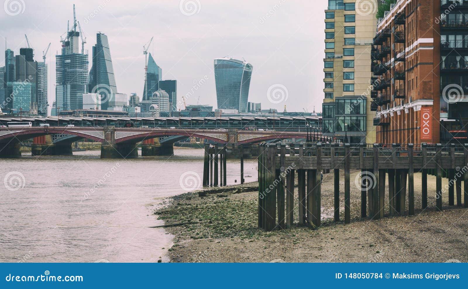 FlodThemsen i lågvatten med perspektivsikt på staden av London, Förenade kungariket, Juni 2018