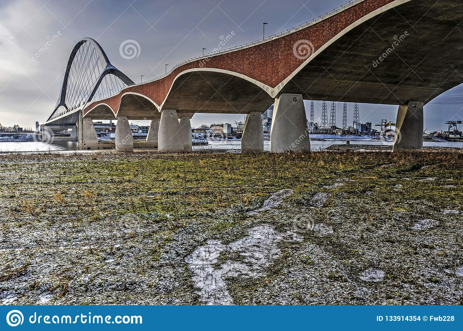 Floodplain, rzeka i most,