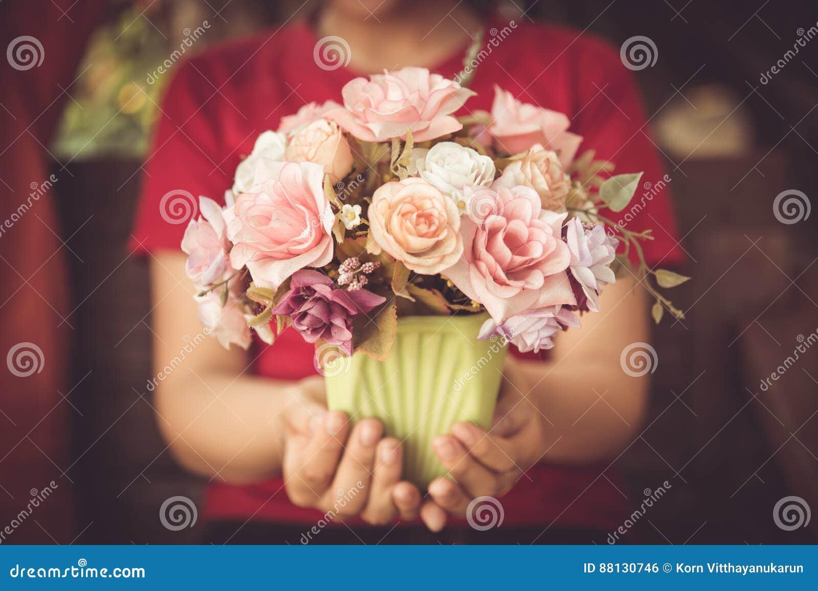 Flor color de rosa del amor de la flor del control de la mano de las mujeres del primer