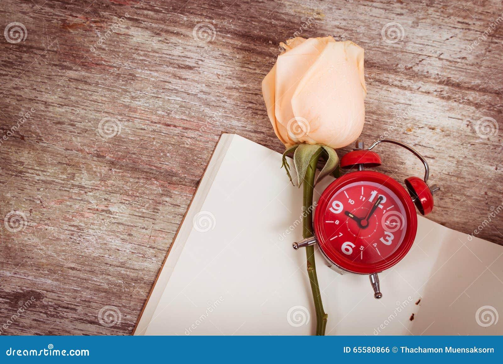 Flor cor-de-rosa no livro de nota, vintage