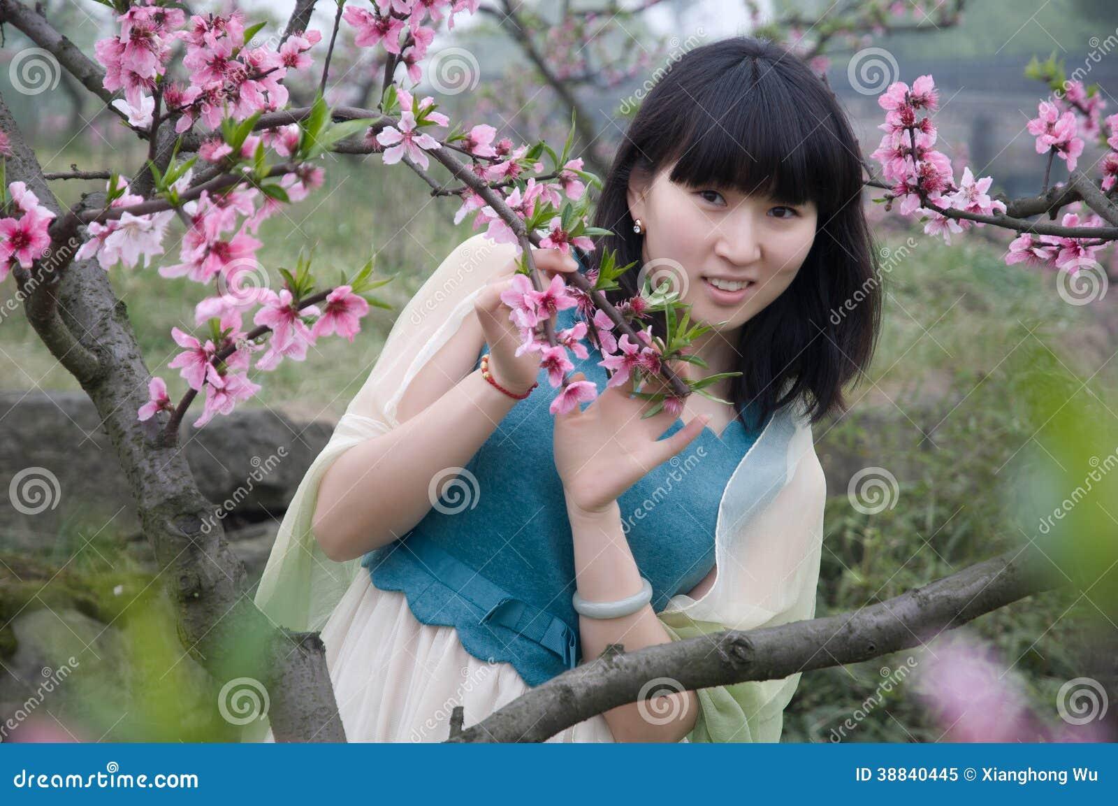 Flor de la muchacha y del melocotón en primavera