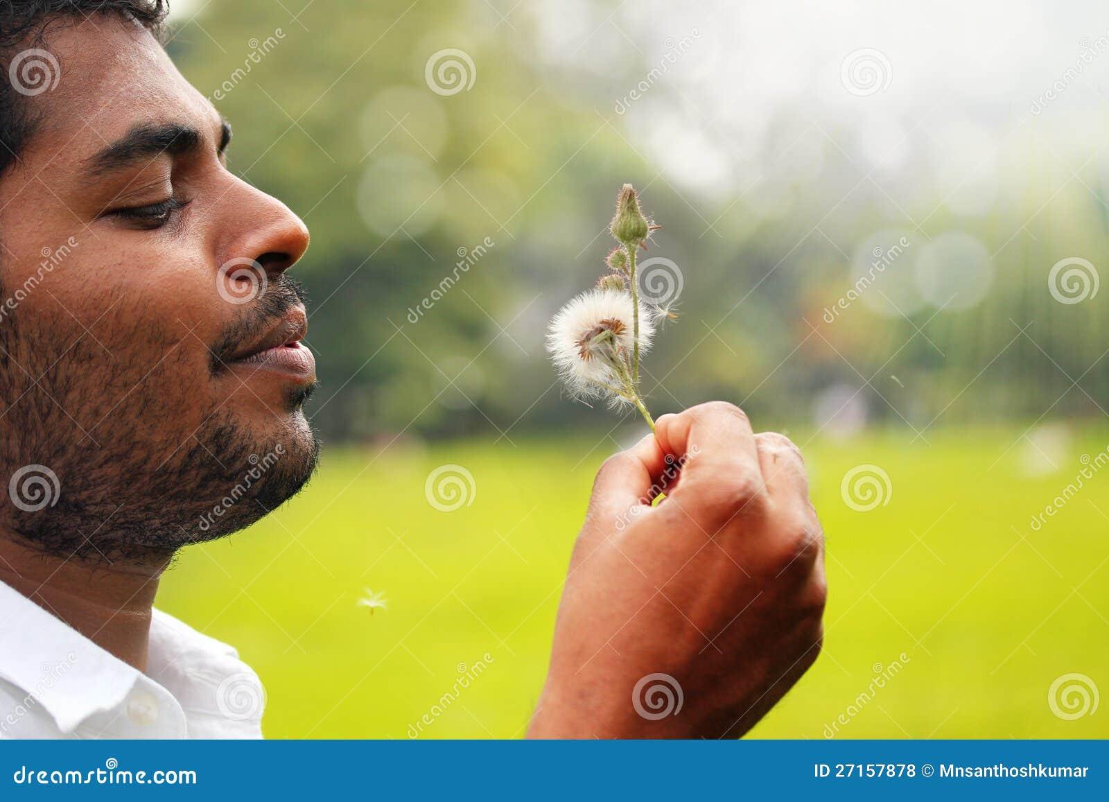 Flor de sopro do dente-de-leão do homem indiano brincalhão, livre