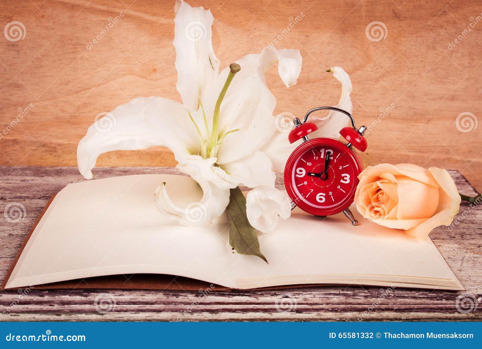 Flor e relógio de Lilly no livro de nota