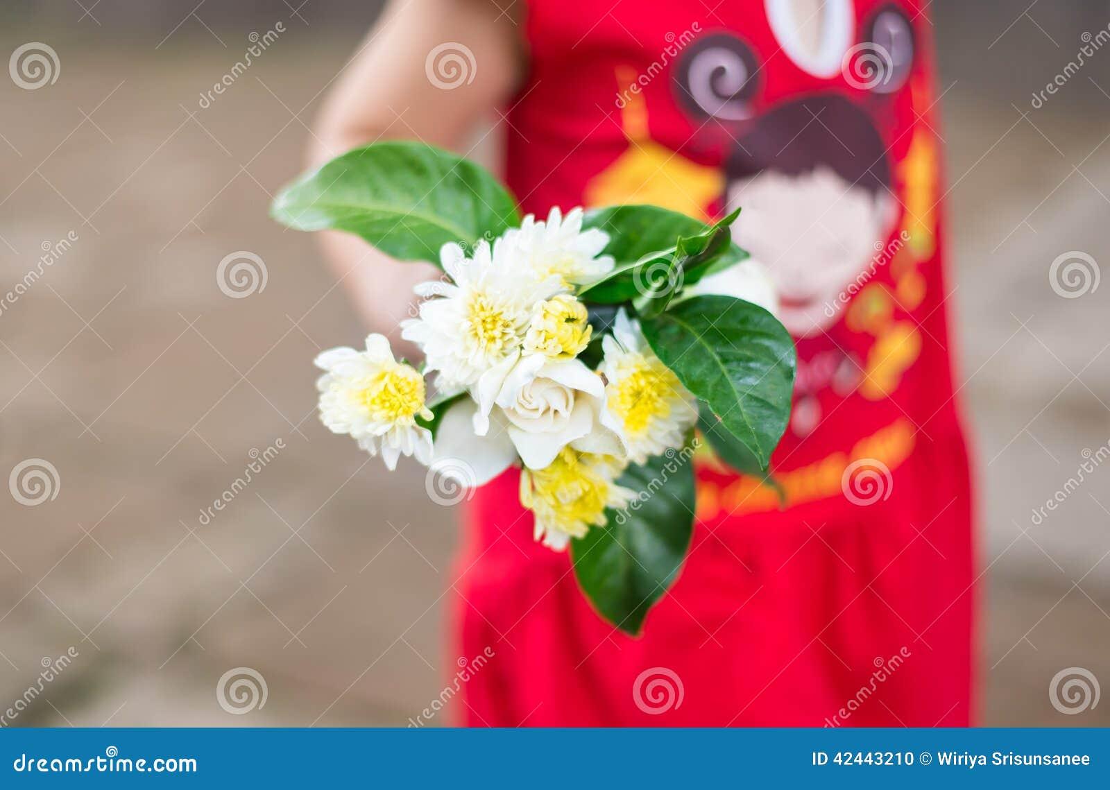 Flor en manos de un niño