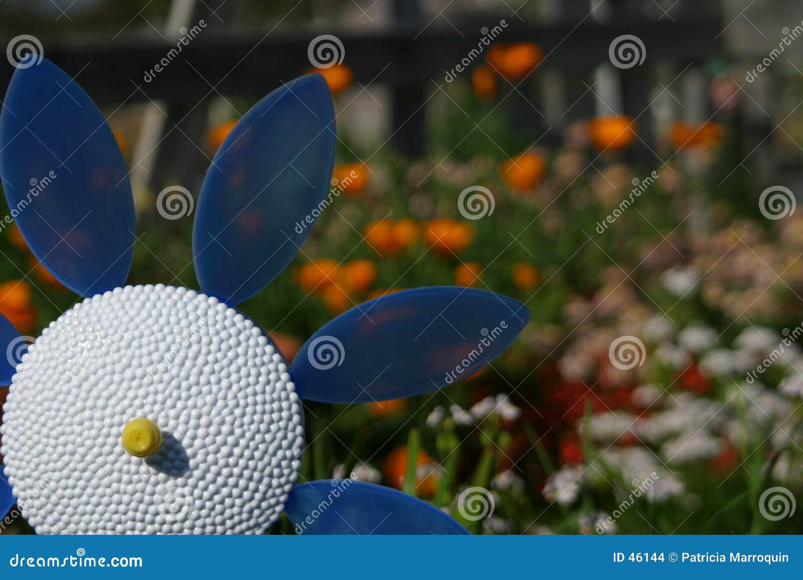 Flor plástica no jardim