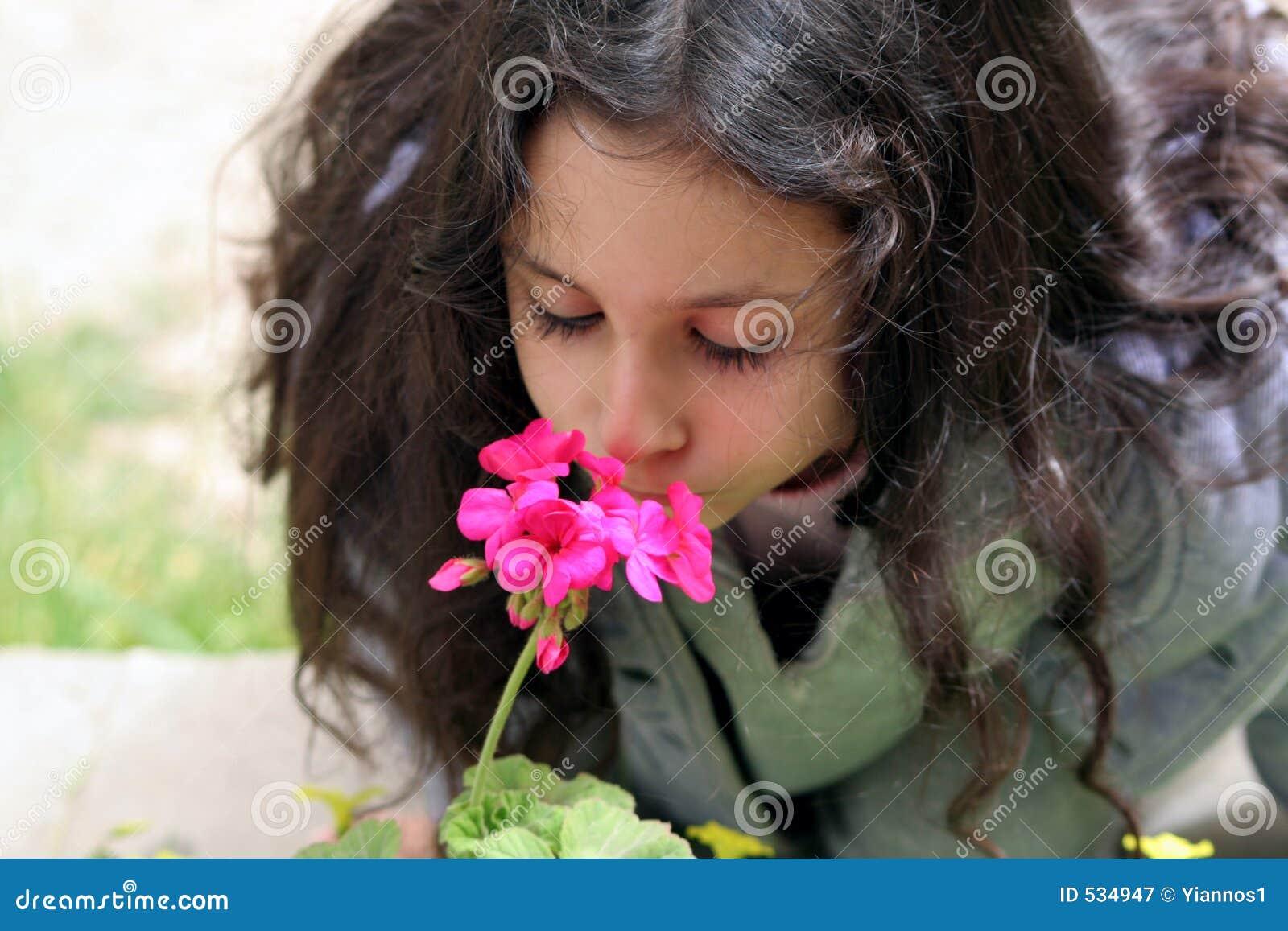 Flor que huele de la muchacha