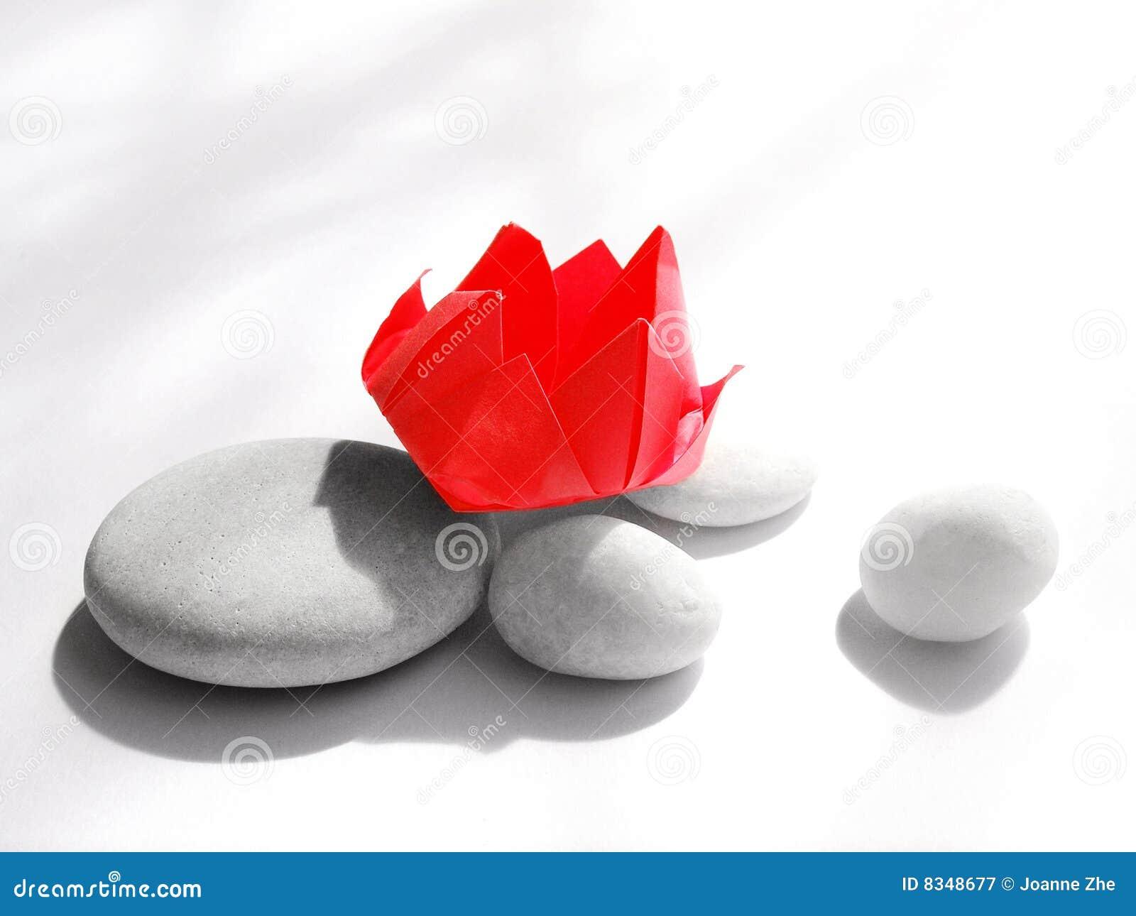 Flor vermelha de Origami na luz solar