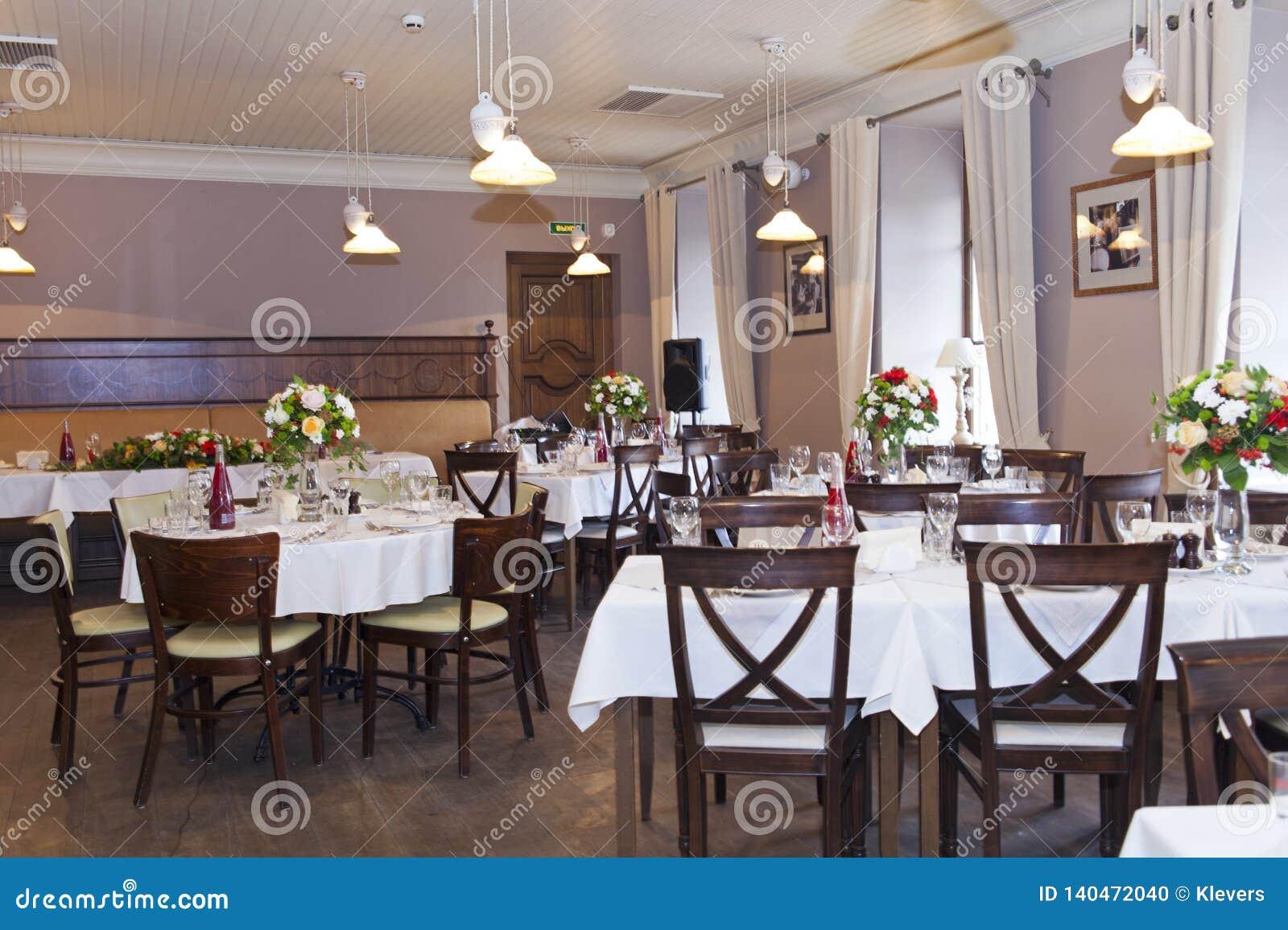 Floral στάση στυλοβατών ρυθμίσεων στους πίνακες στο εστιατόριο