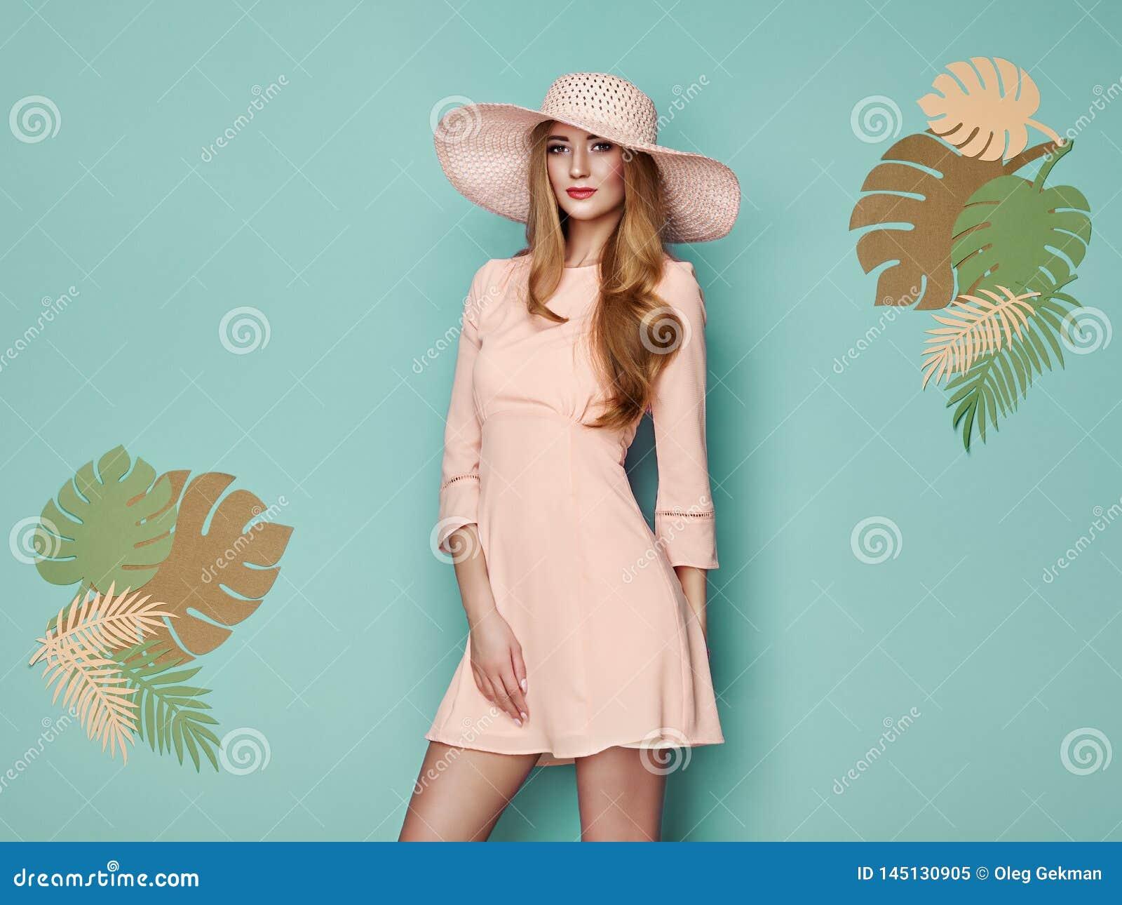 Ξανθή νέα γυναίκα στο floral θερινό φόρεμα άνοιξης